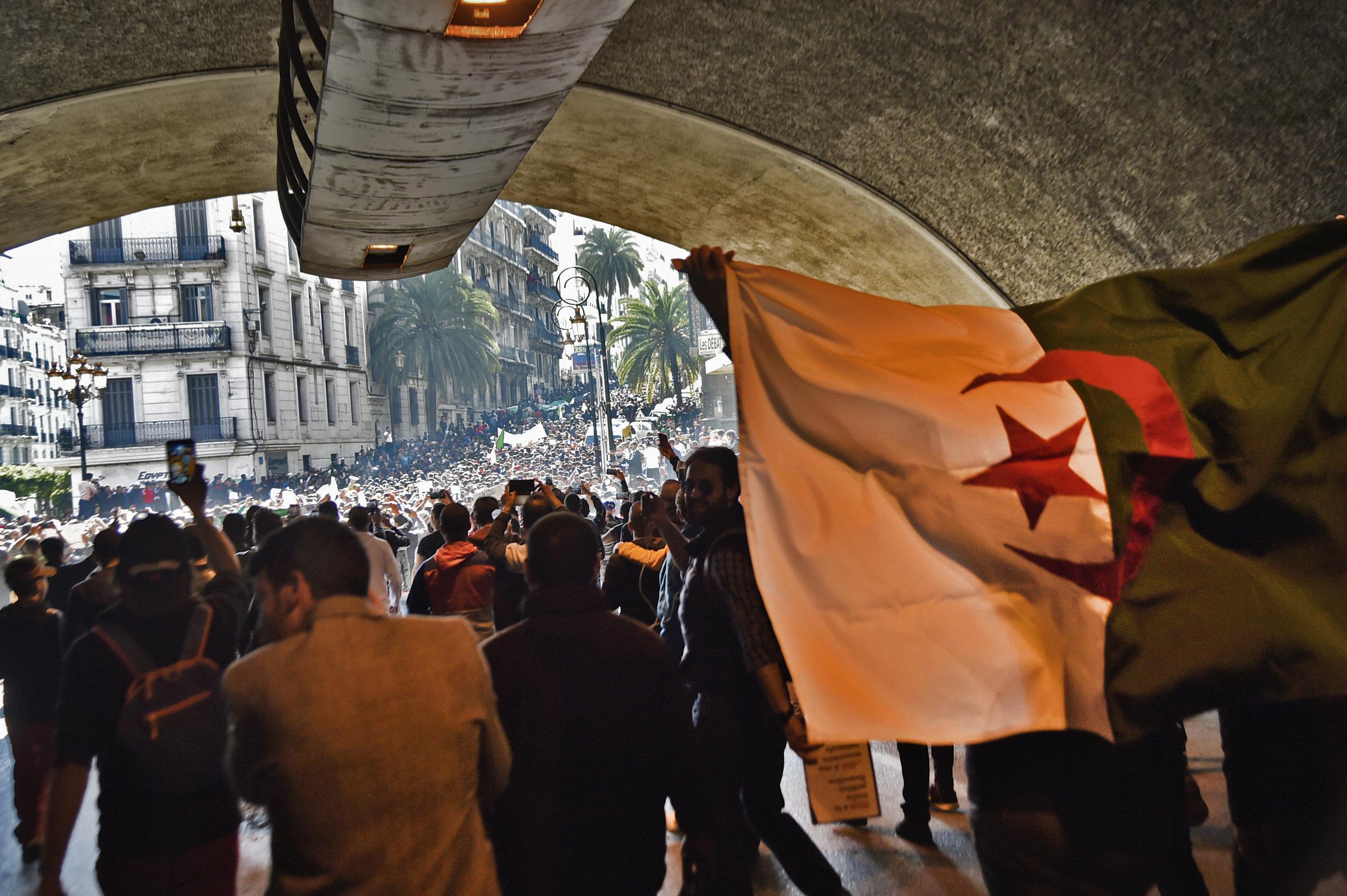 محتجون في النفق المؤدي إلى ساحة أودان بوسط الجزائر العاصمة