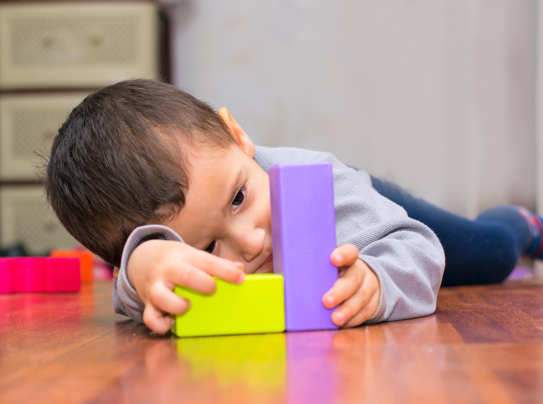 الطفل المصاب بالتوحد يميل إلى العزلة