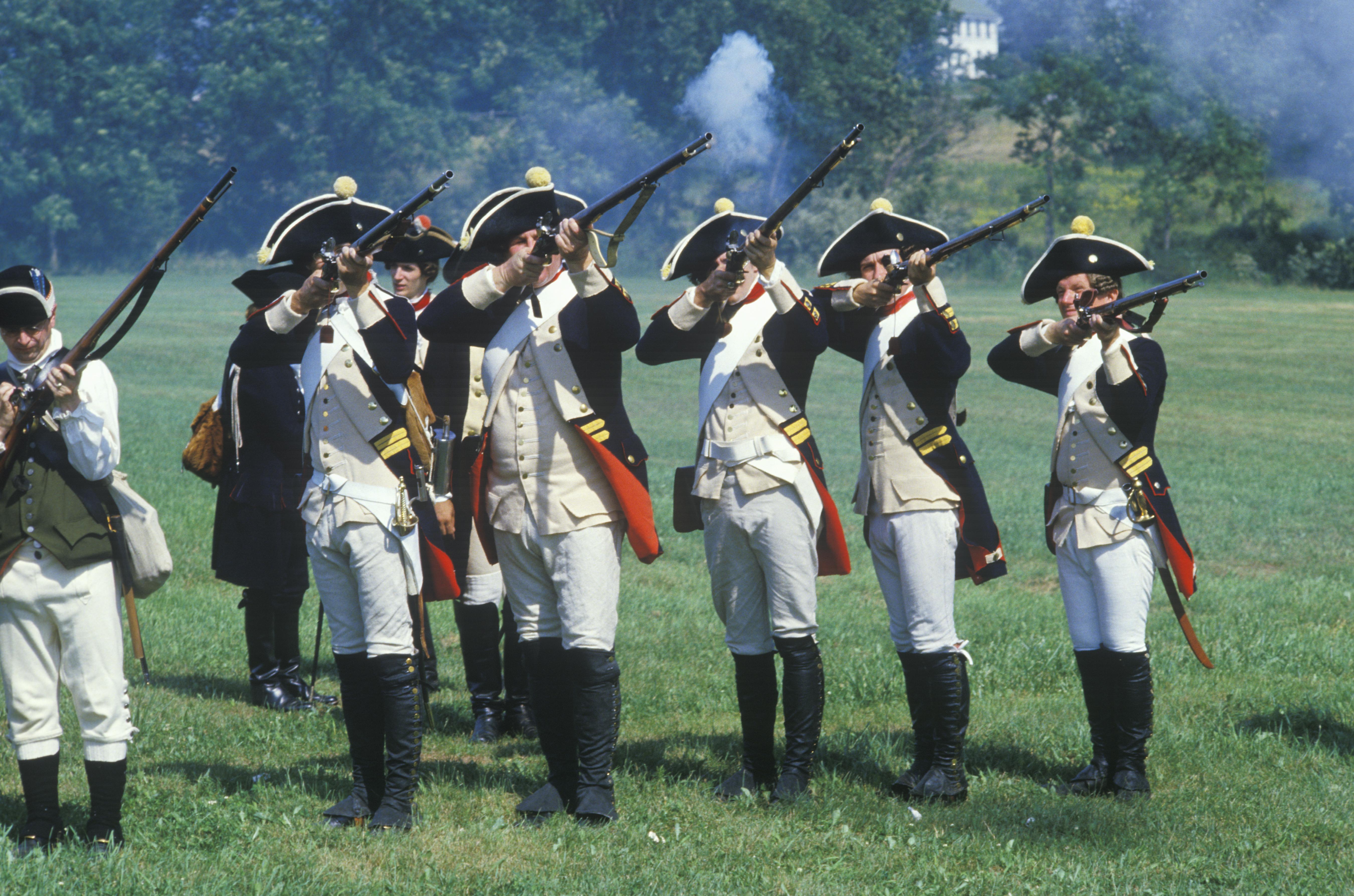 أميركيون يرتدون زي الجيش القاري خلال إعادة تمثيل لإحدى معارك حرب الاستقلال