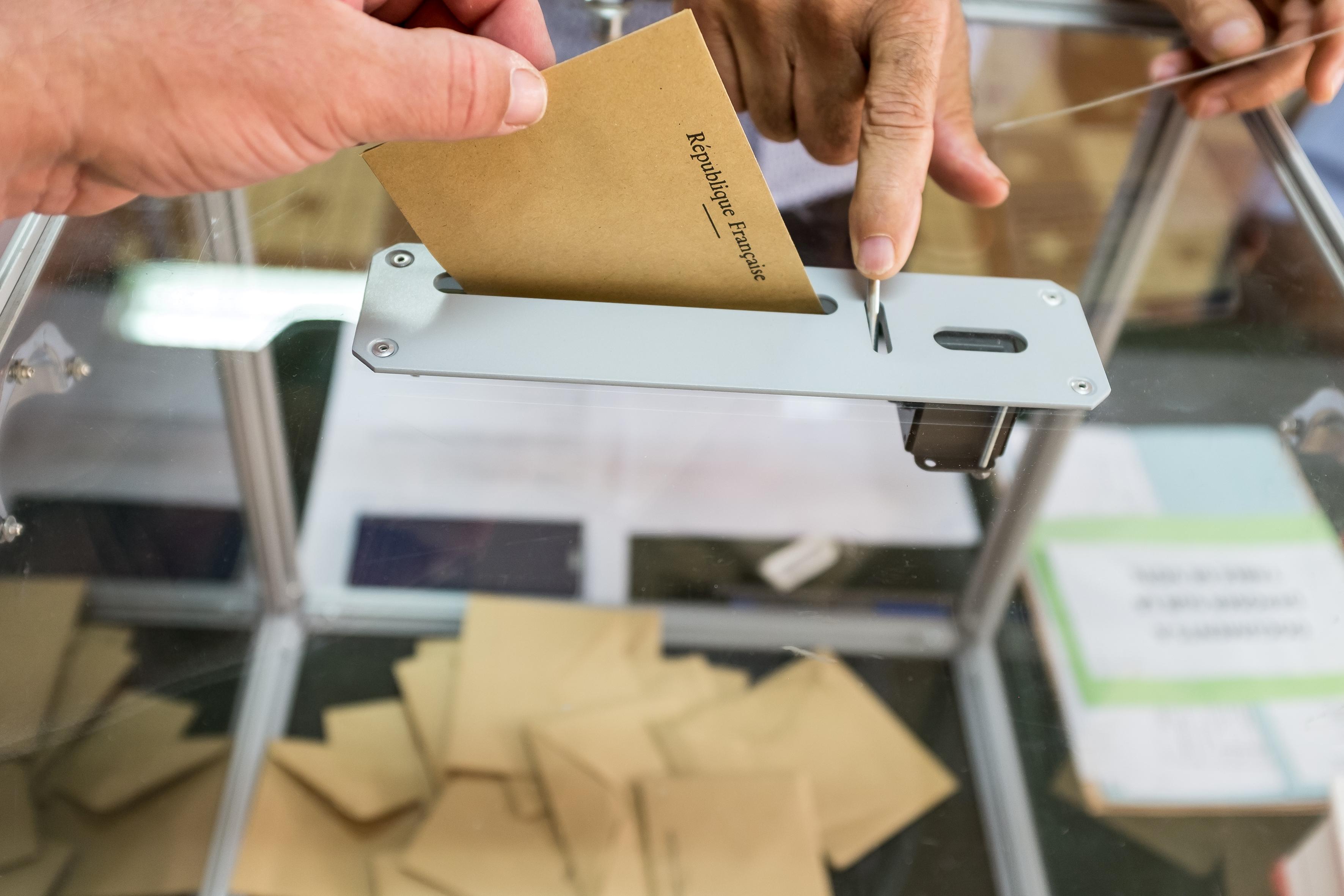 ناخب فرنسي يدلي بصوته السبت في الدورة الأولى لانتخابات الرئاسة الفرنسية