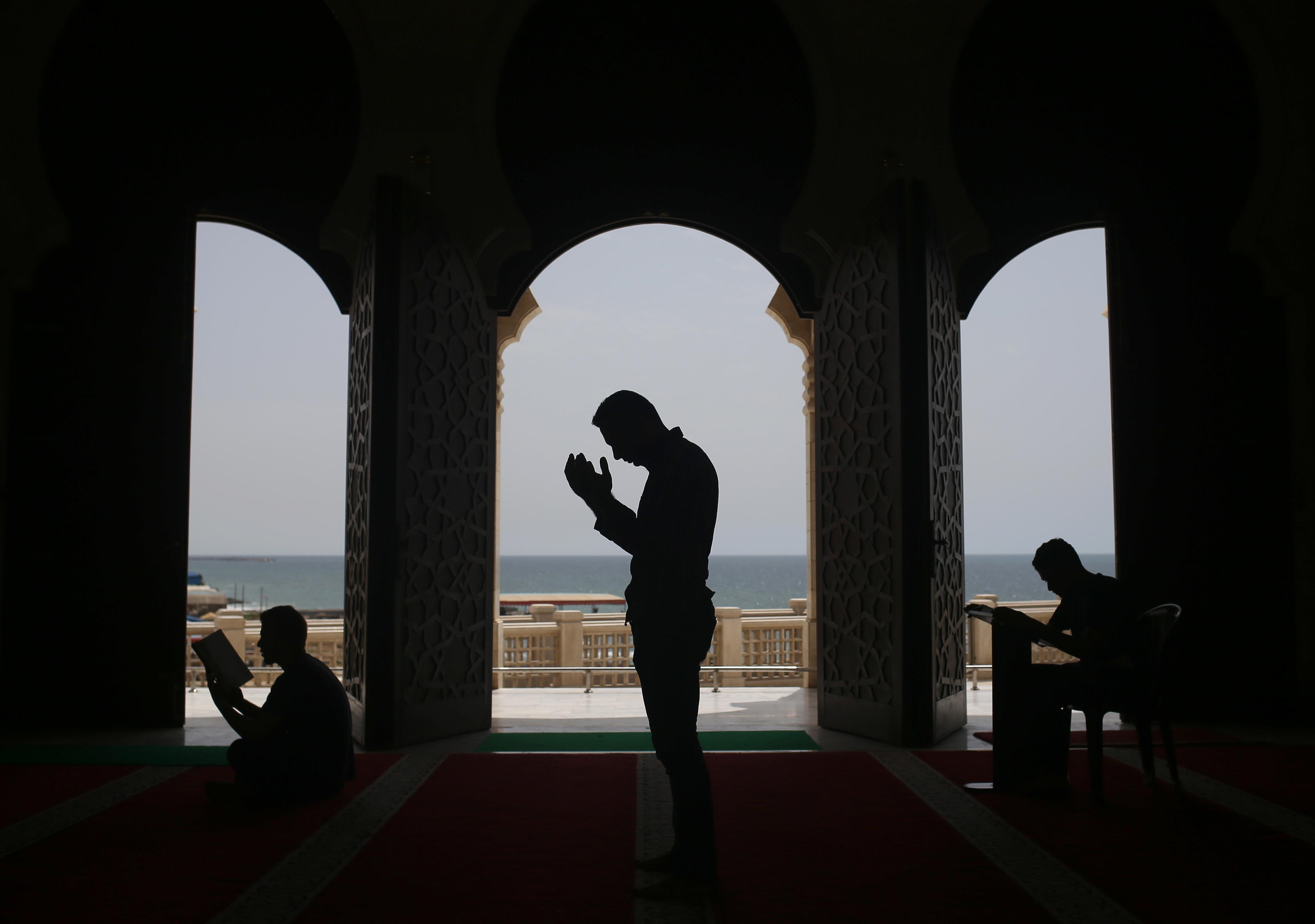 فلسطينيون يصلون في مسجد الخالدي في غزة في ثالث أيام رمضان