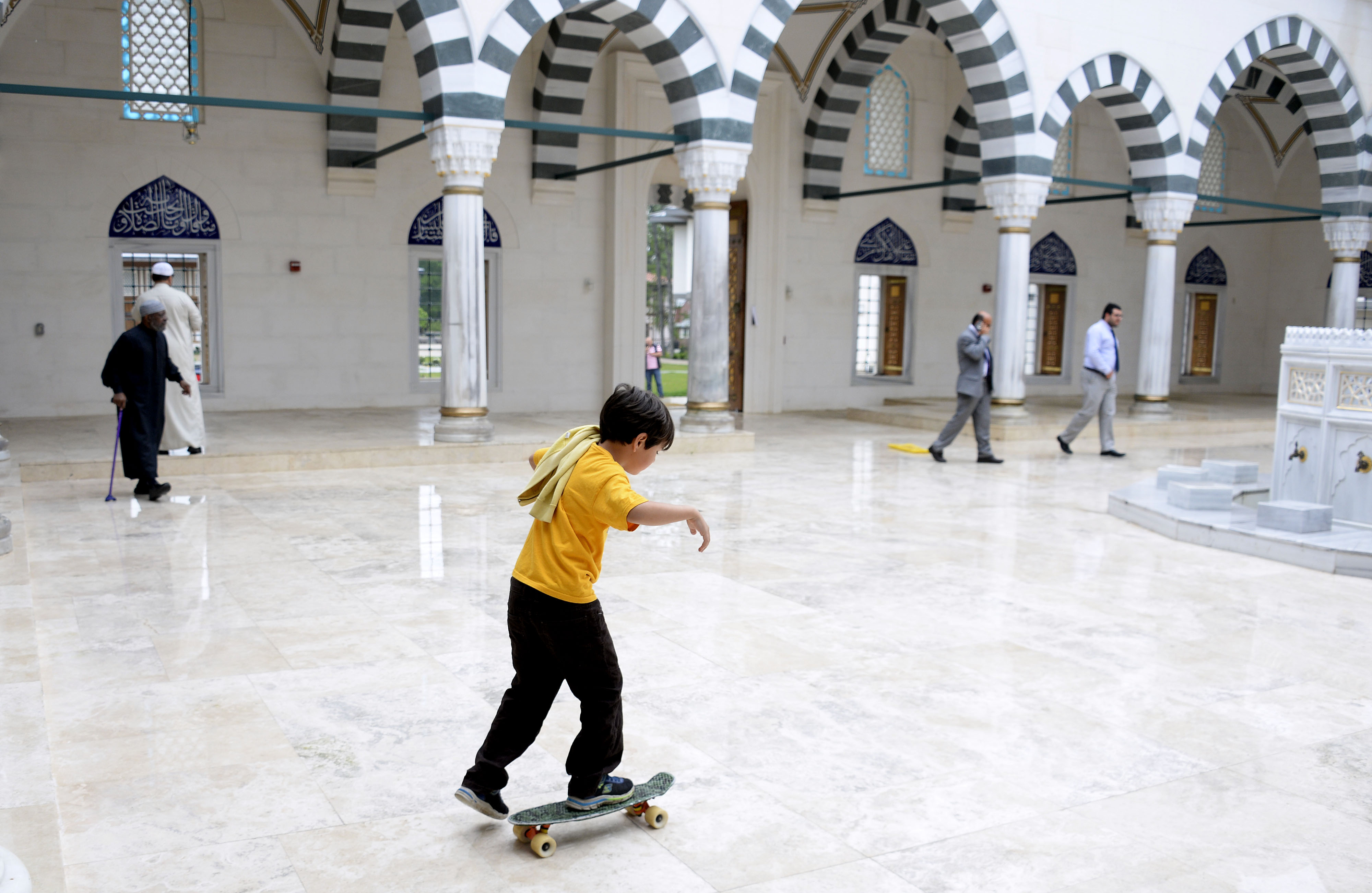 طفل يلعب داخل مركز ديانات في ميريلاند