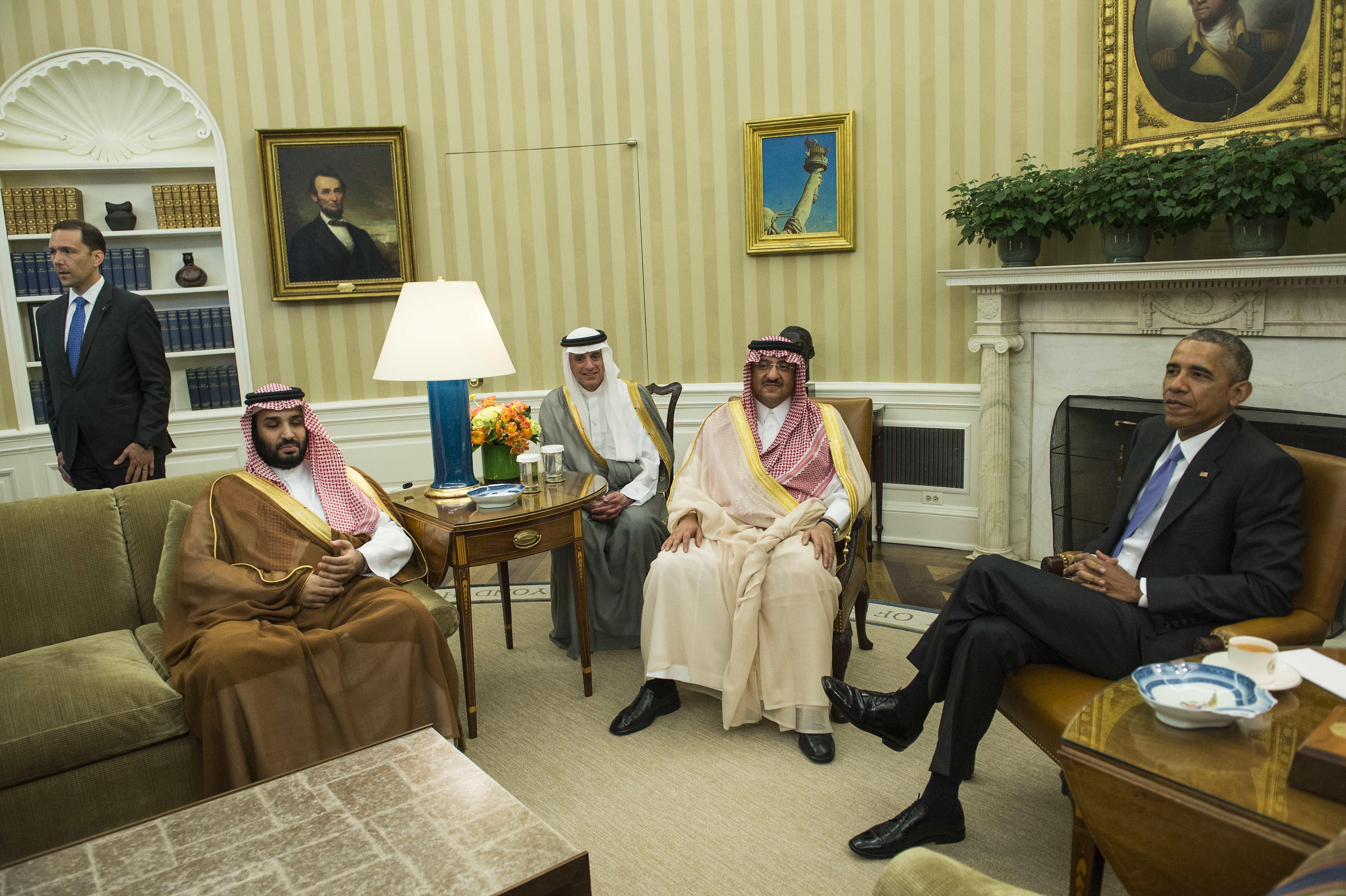 الرئيس باراك أوباما مع كبار المسؤولين السعوديين.