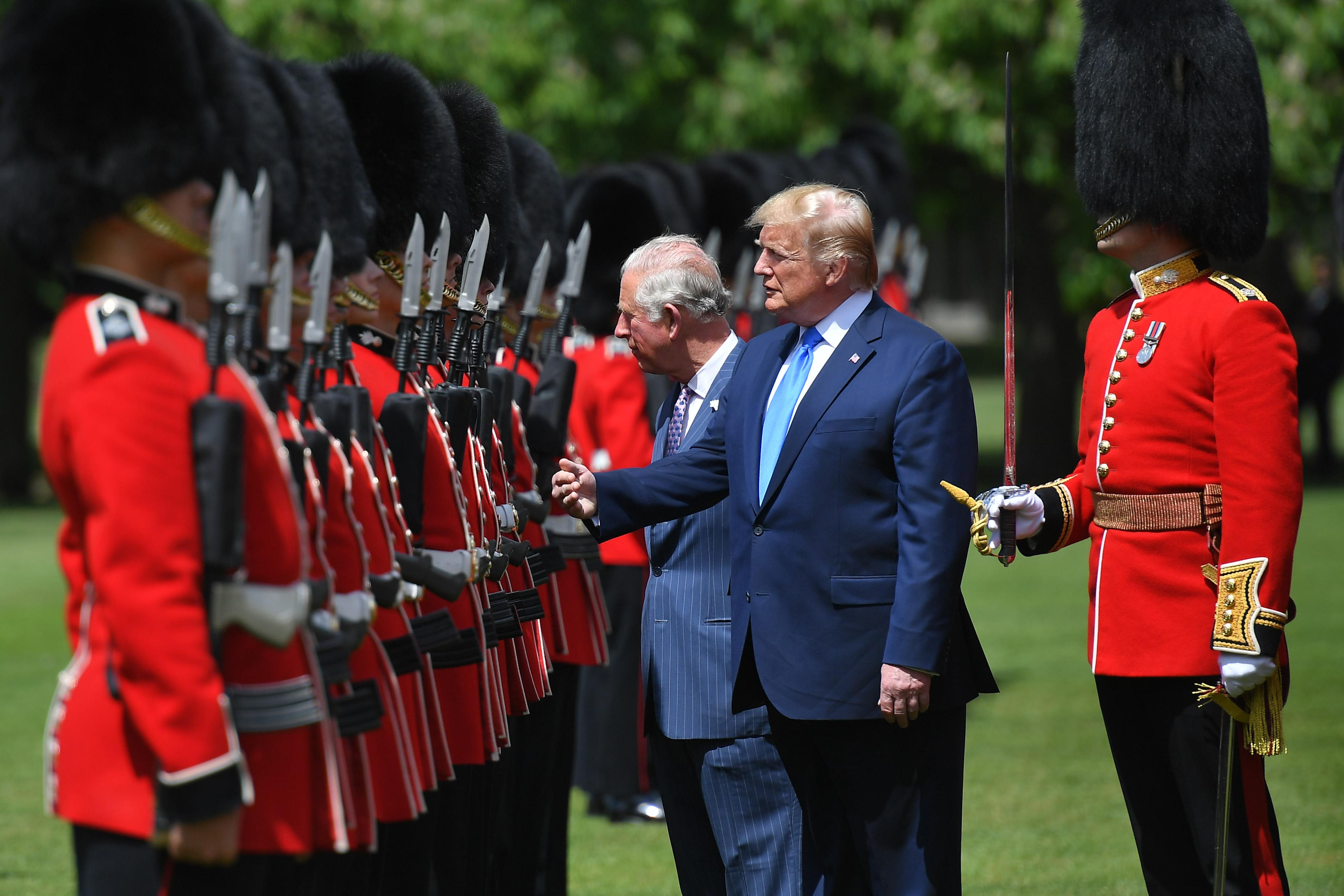 الرئيس دونالد ترامب والأمير تشارلز يتفقدان حرس الشرف في قصر بانكنغهام
