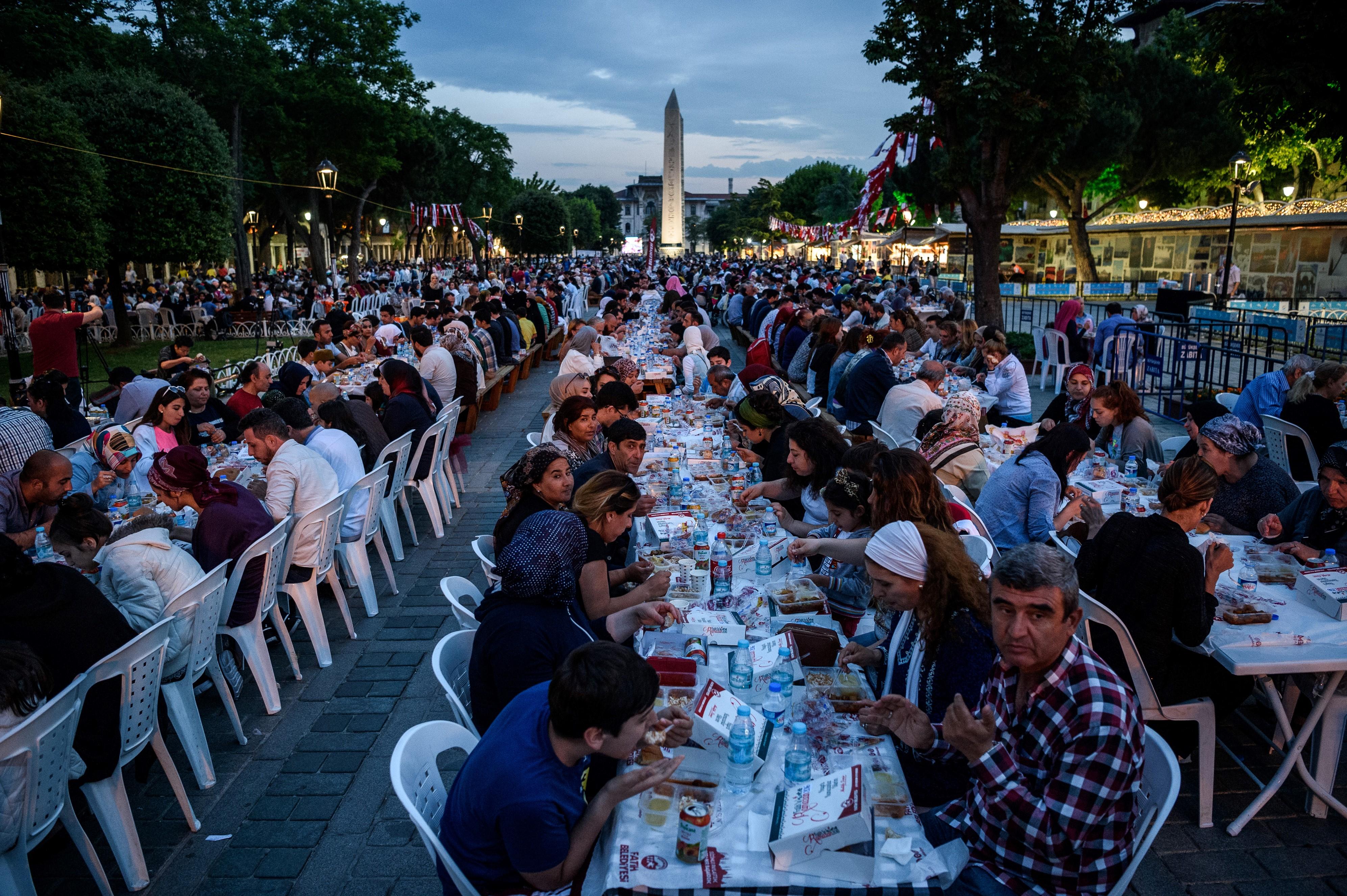أتراك يتناولون وجبة الإفطار في باحة أحد مساجد اسطنبول