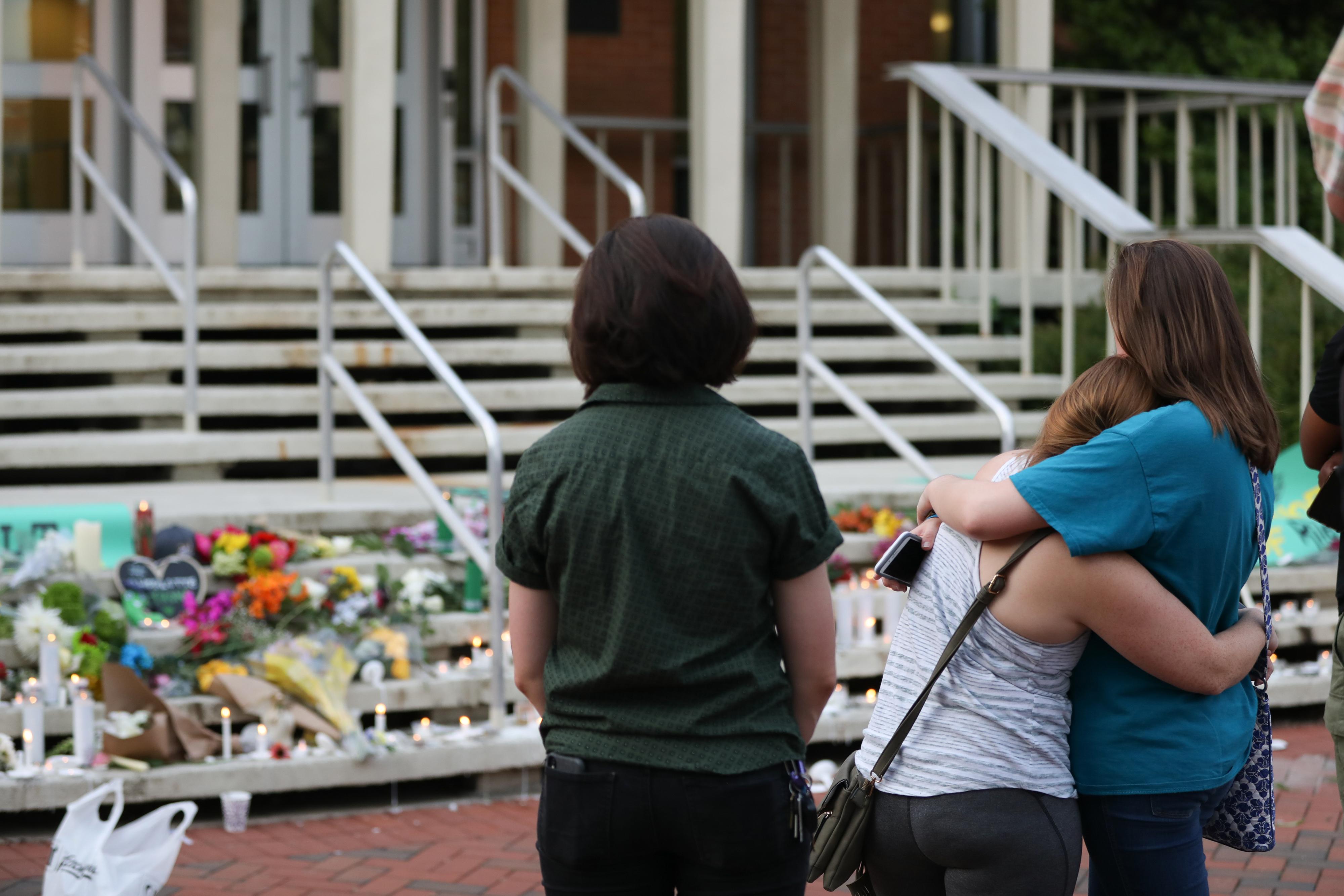 طلاب يضعون الزهور تخليدا لضحايا حادثة إطلاق النار في جامعة نورث كارولاينا