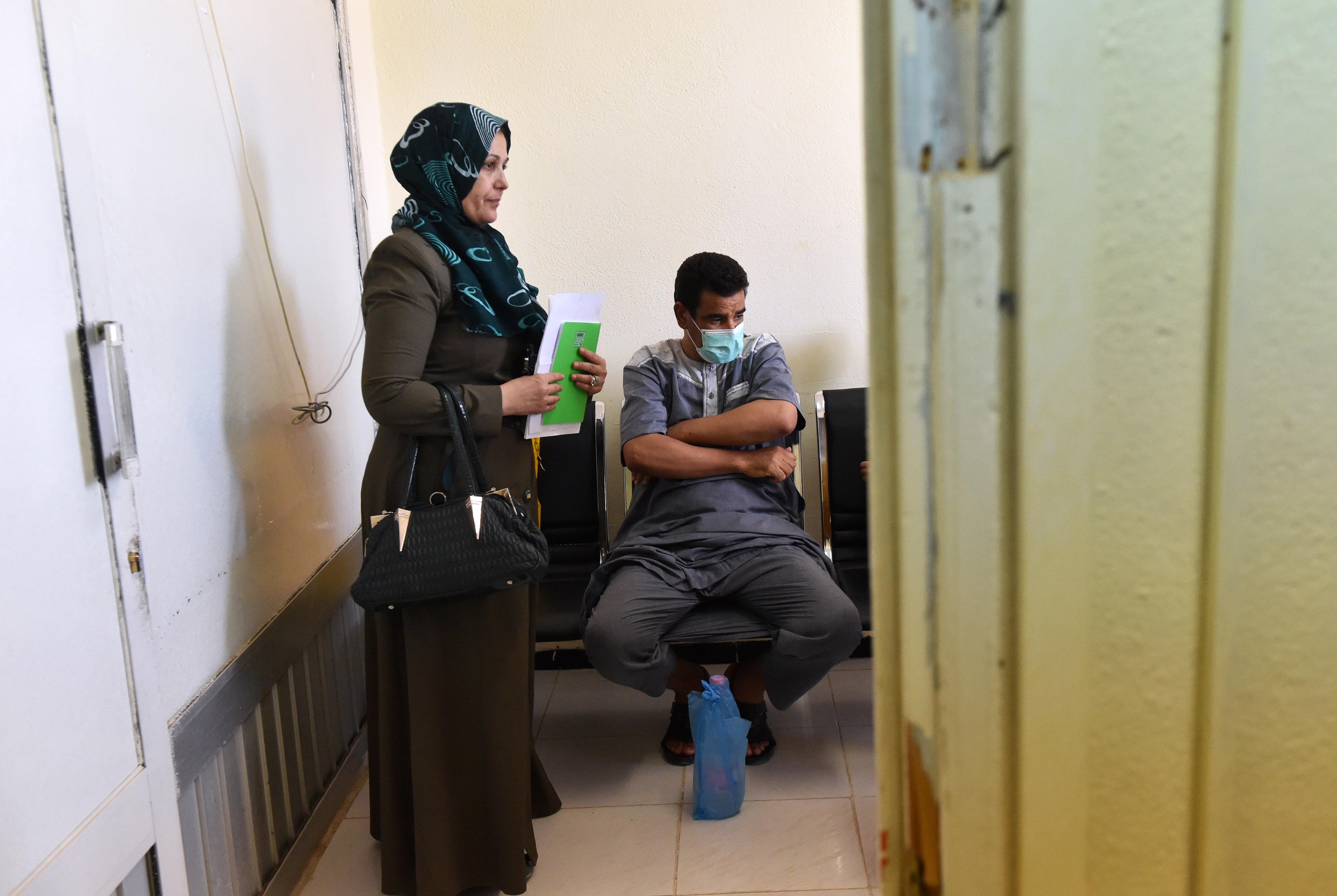مريض جزائري أجريت له عملية زرع كلية ينتظر مع أخته في المستشفى الجامعي في باتنه