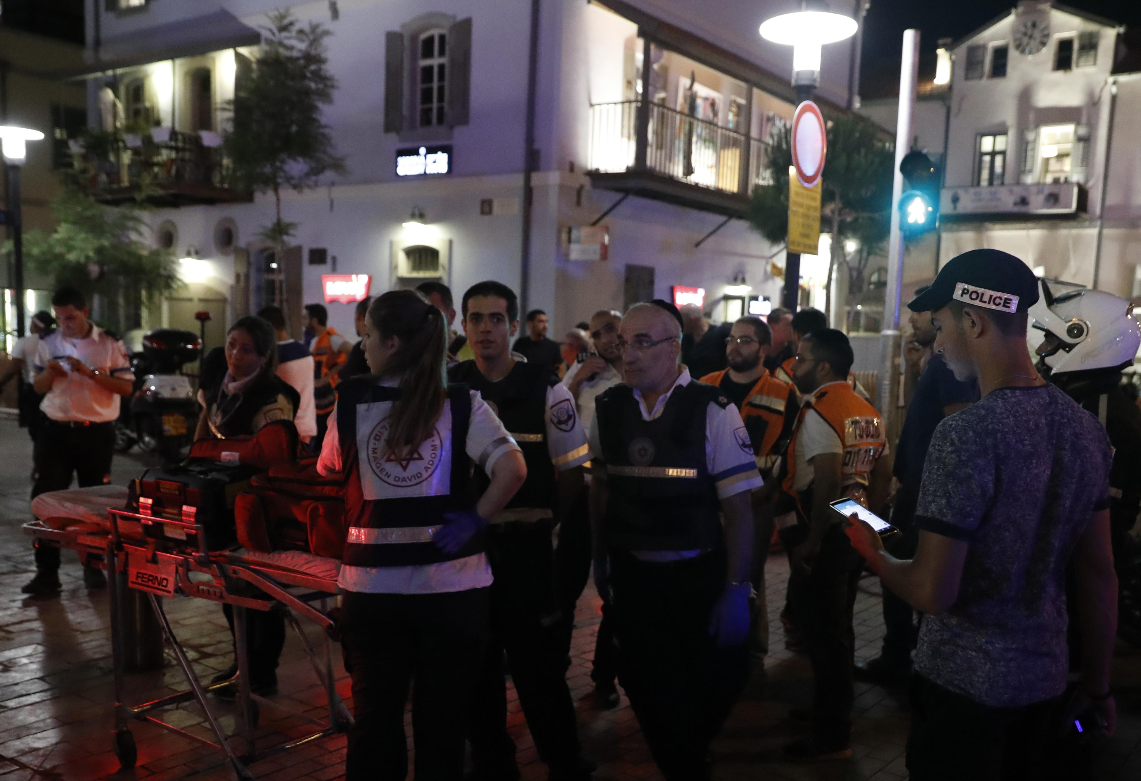 الإسعاف والشرطة في مكان الحادث وسط تل أبيب