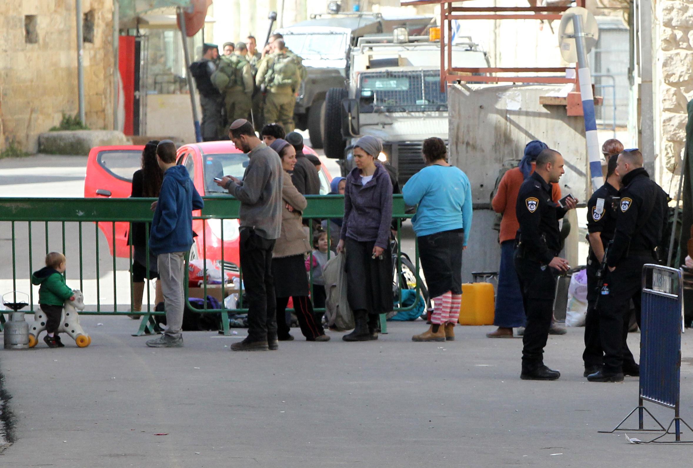 مستوطنون بعد إجبارهم على مغادرة المبنيين الجمعة