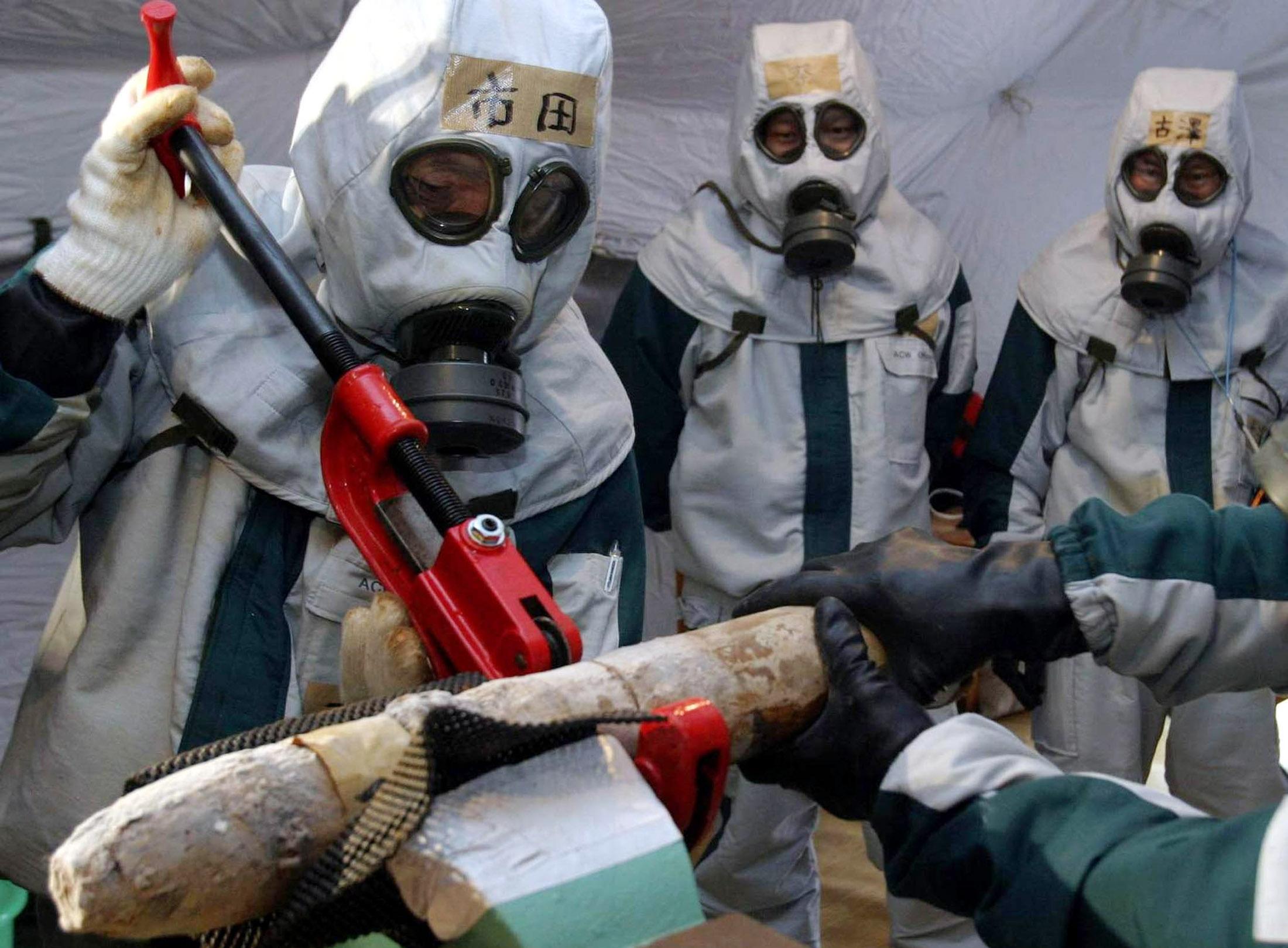 باحثون يفككون محتويات قنبلة تحتوي على غازات سامة