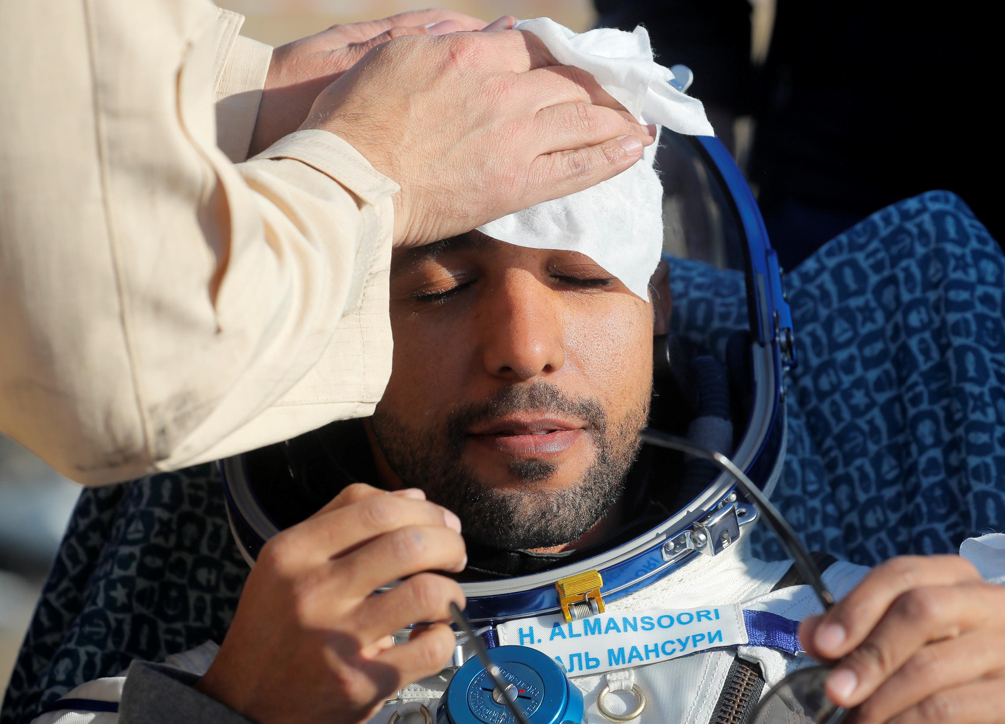 أول رائد فضاء إماراتي لحظة وصوله إلى الأرض