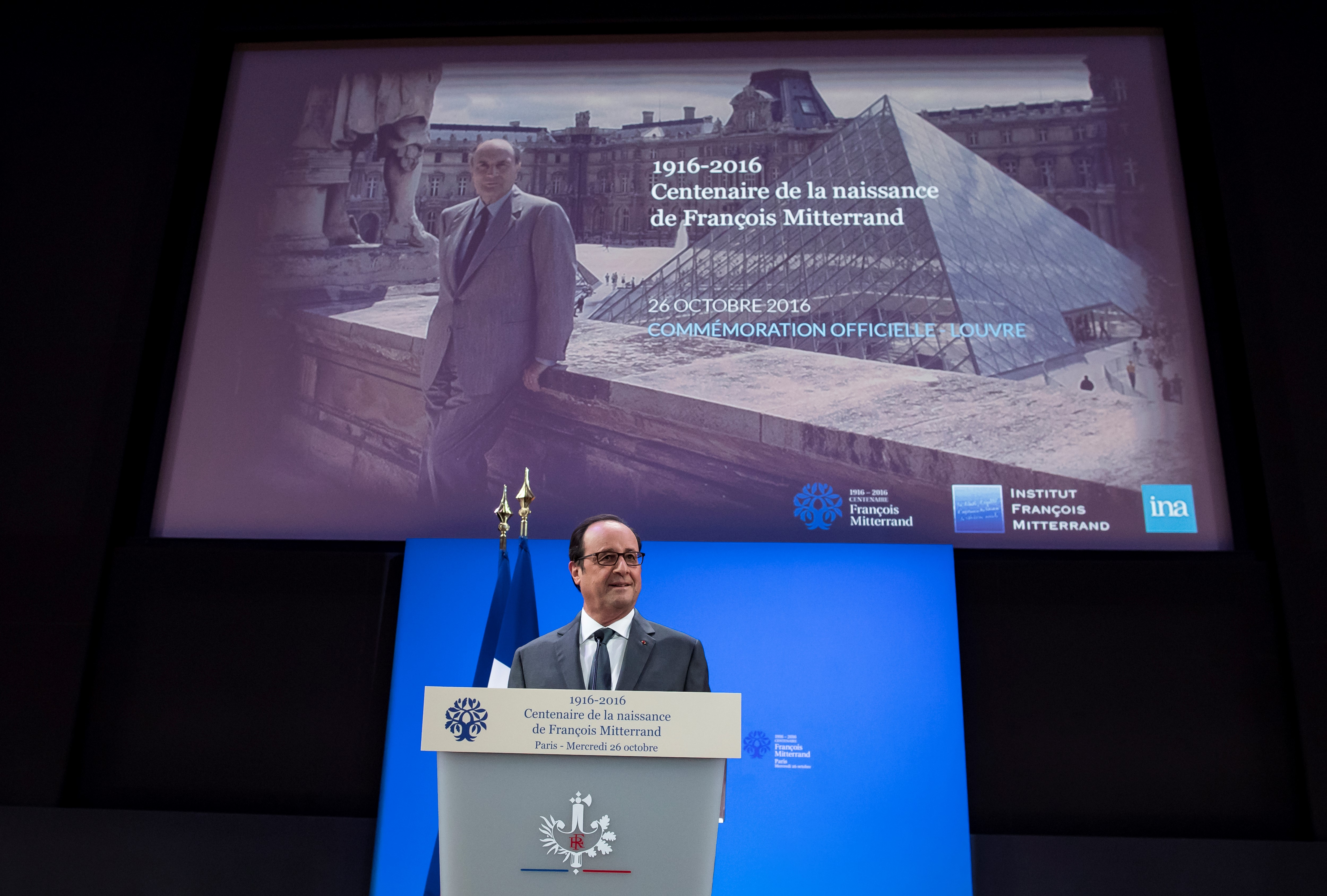 الرئيس الفرنسي فرانسوا هولاند في احتفالية بمتحف اللوفر في باريس بمناسبة إصدار طابع للاحتفاء بالرئيس الأسبق فرانسوا ميتران