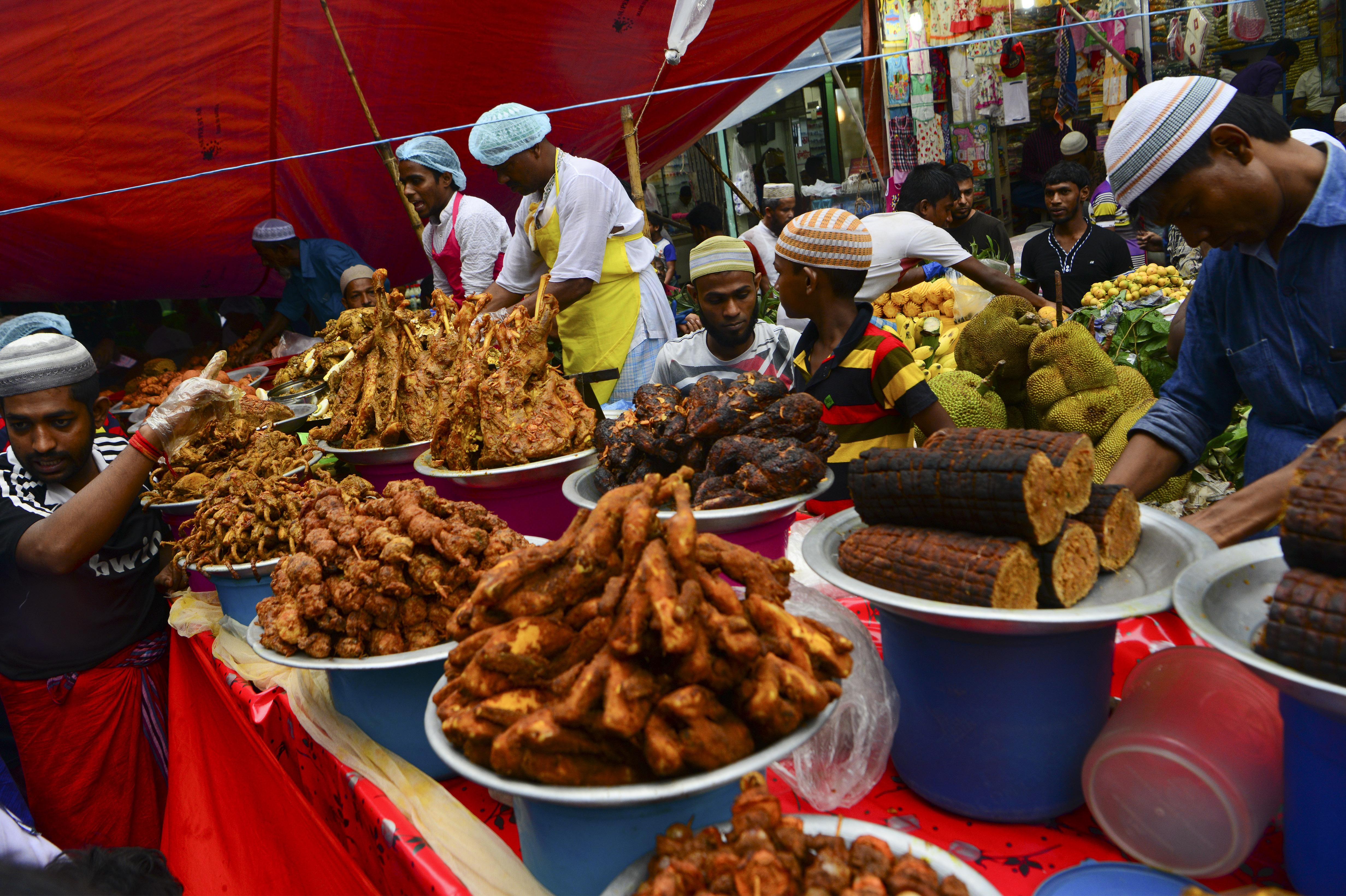 باعة من بنغلاديش يبيعون وجبات الإفطار
