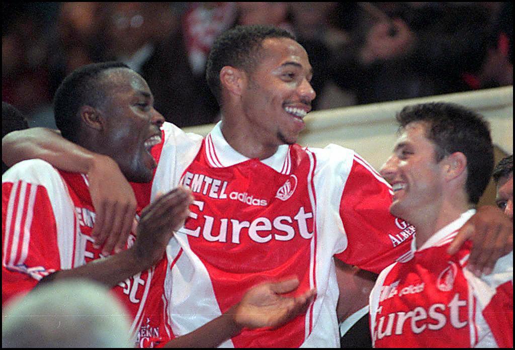 تييري هنري بقميص موناكو يحتفل بالحصول على بطولة الدوري الفرنسي عام 1997