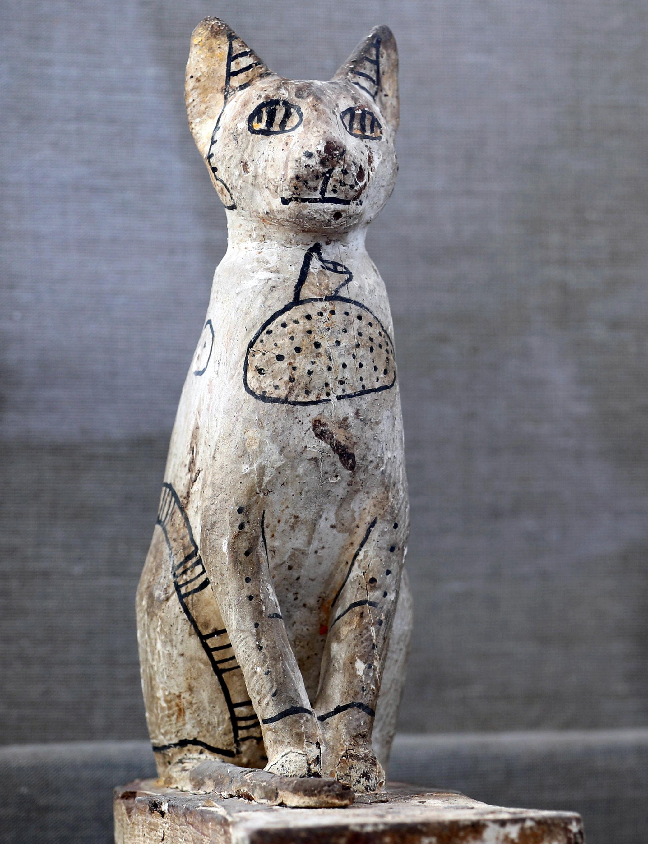 قطعة أثرية على شكل قط خارج قبر خوفو في منطقة سقارة في الجيزة
