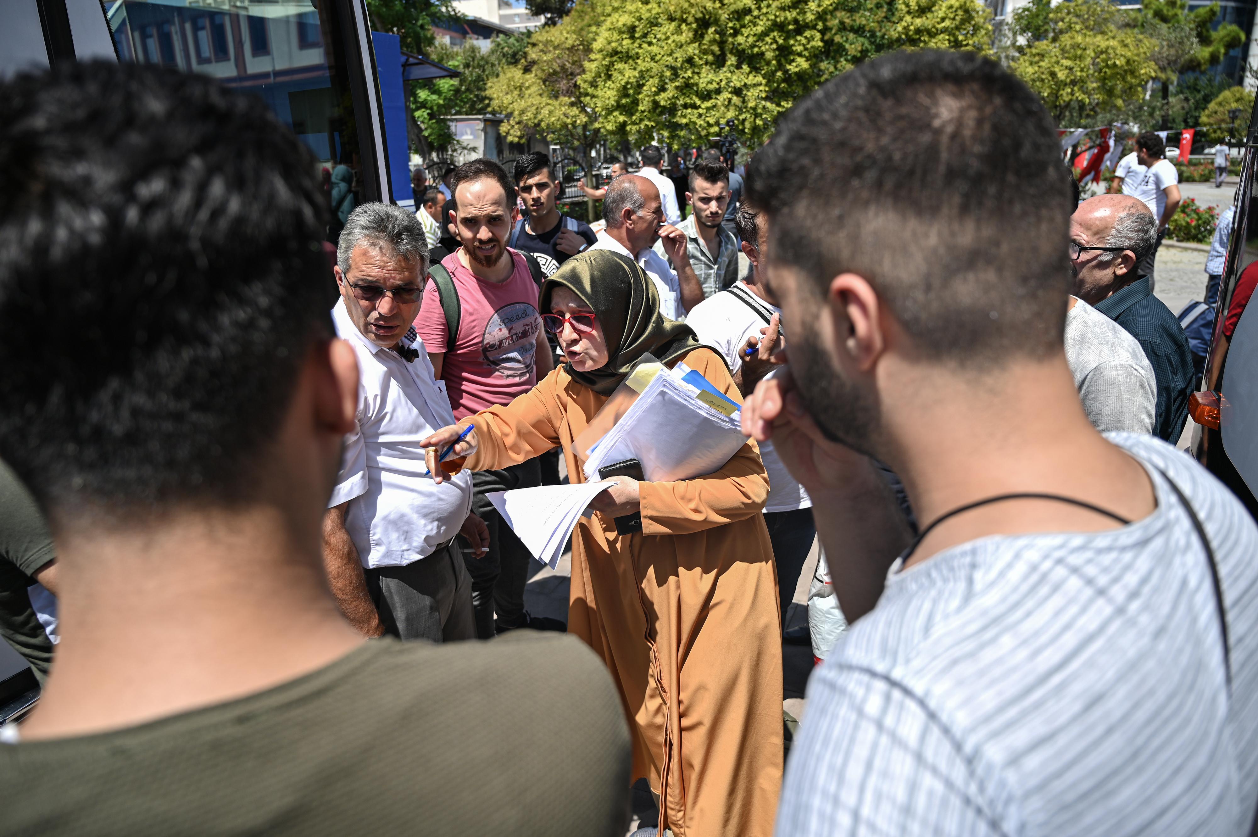 """رجال أمن من بلدية إسطنبول ينادون على أسماء لاجئين سوريين خلال إعادتهم """"طوعيا"""" إلى بلادهم - 6 أغسطس 2019"""
