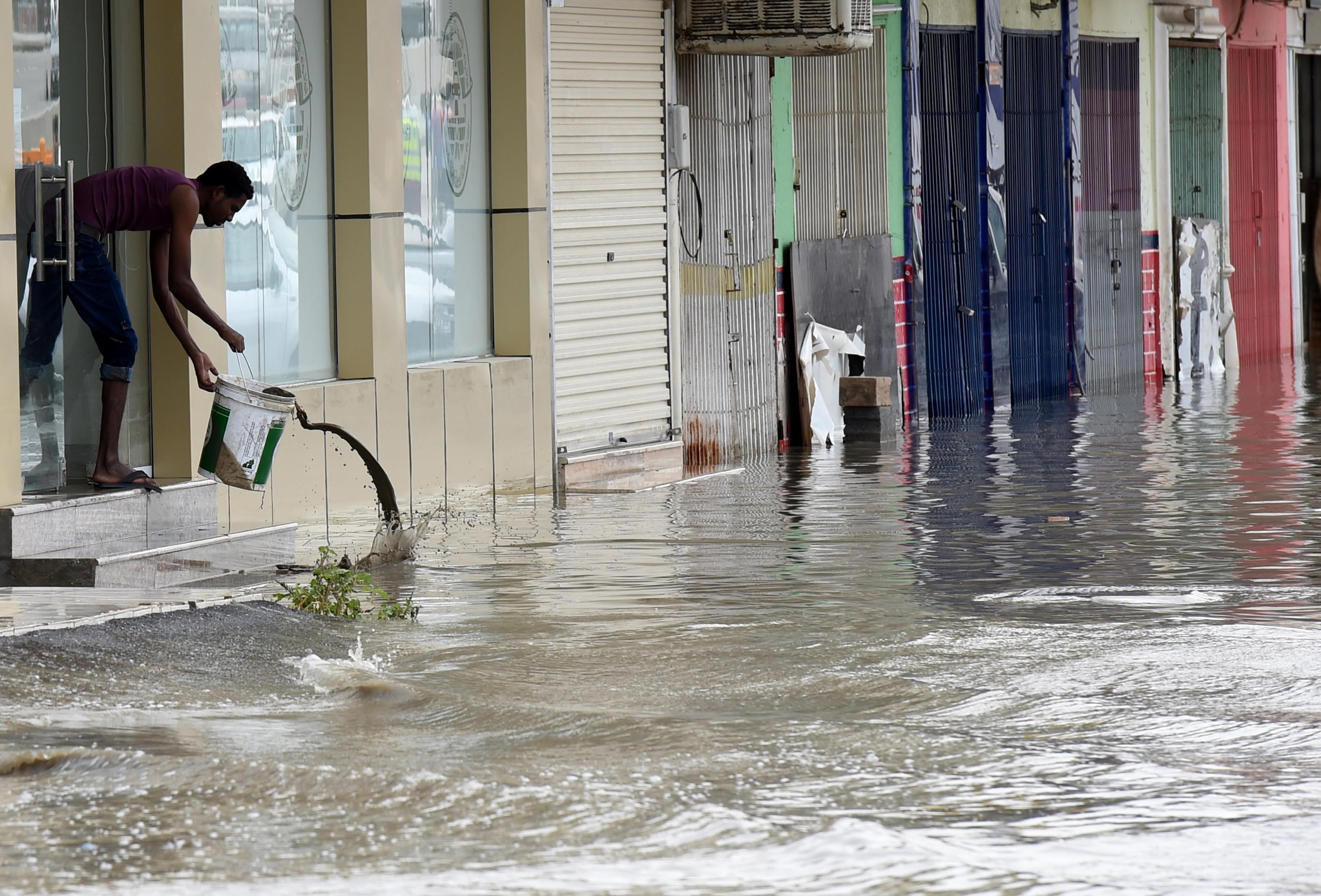 الأمطار تسببت في محاصرة المئات داخل منازلهم