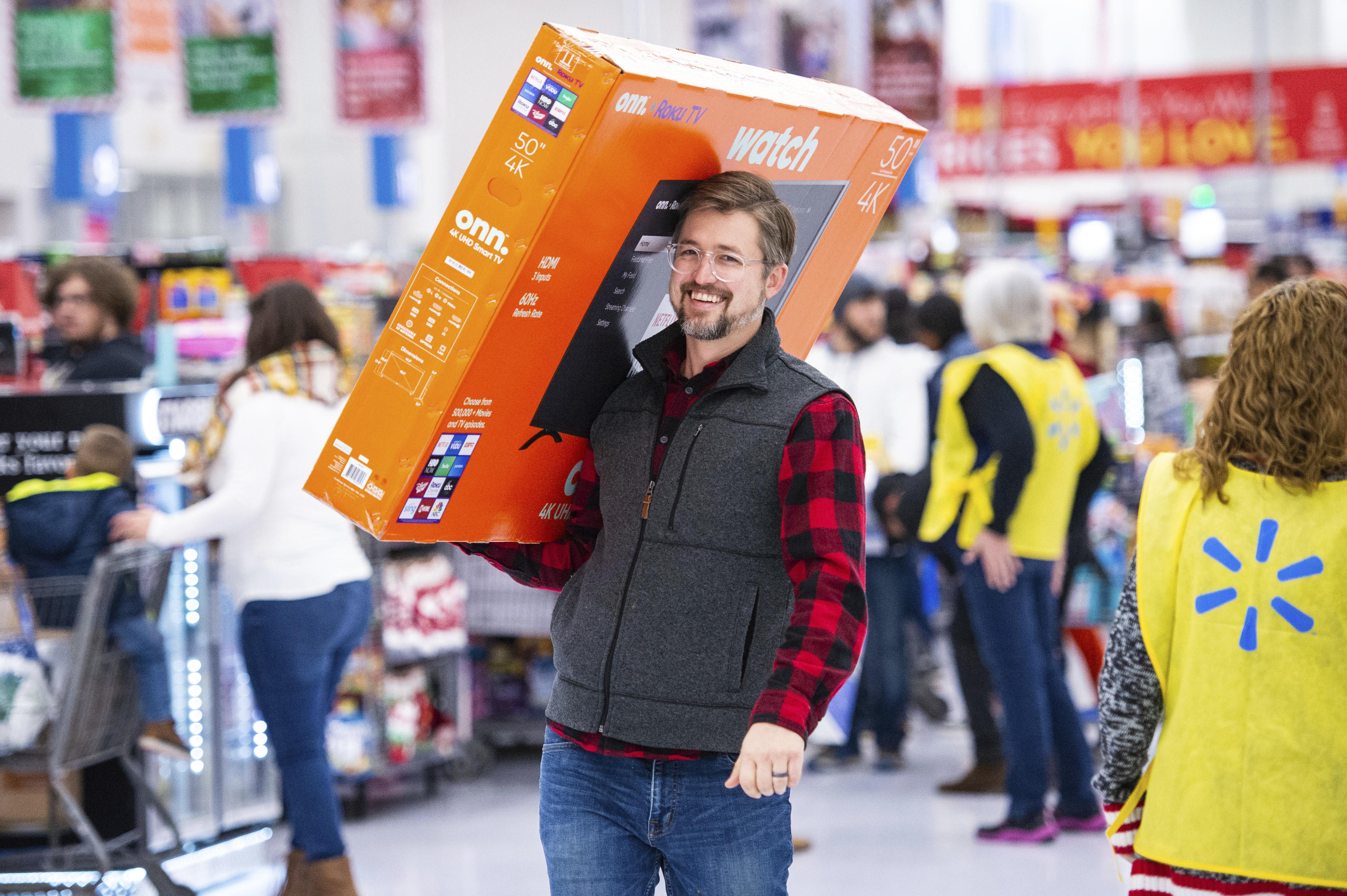 السعادة تملأ وجه هذا الرجل بعد تأمين صفقة شراء تلفزيون