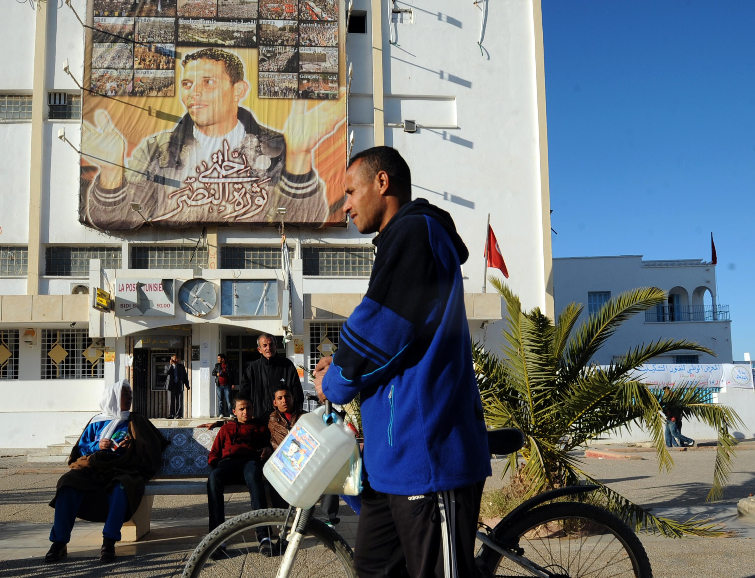 صورة البوعزيزي على واجهة إحدى البنايات في الشارع الذي يحمل اسمه في مدينة سيدي بوزيد