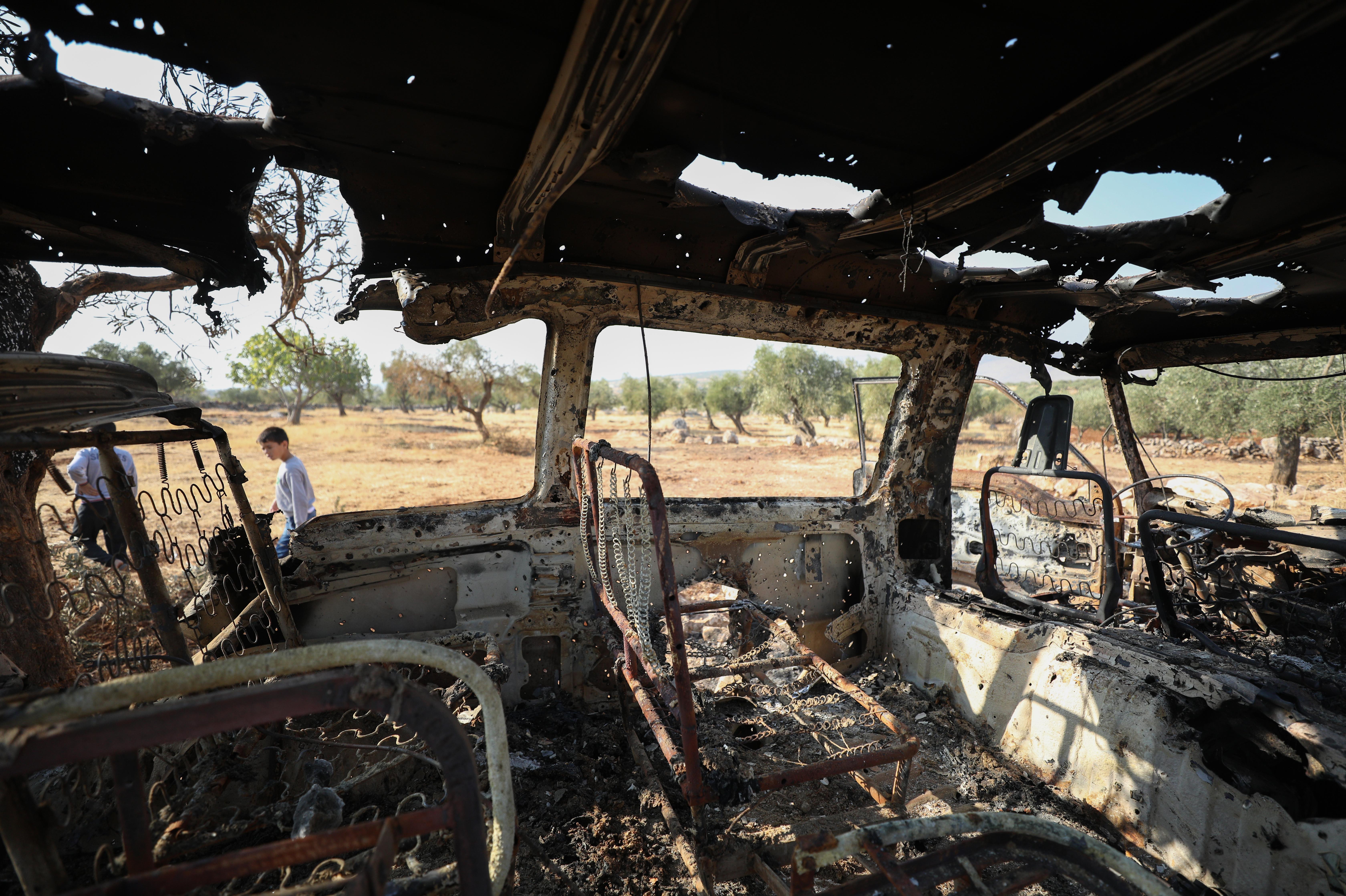 هيكل سيارة محترق في موقع العملية التي استهدفت البغدادي