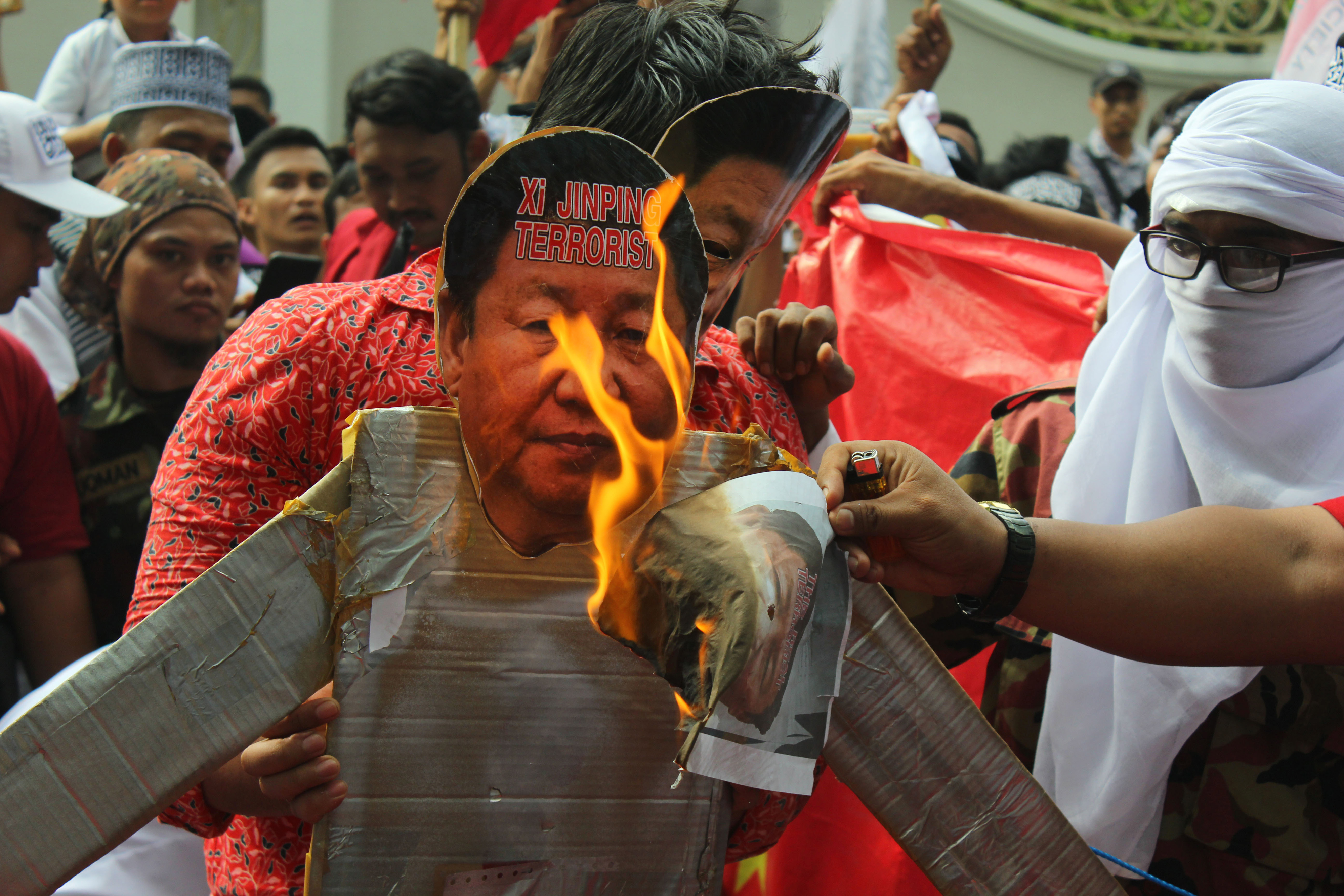 متظاهرون إندونيسيون يحرقون صورة الرئيس الصيني في تظاهرة تضامنية مع أقلية الأويغور- أرشيف