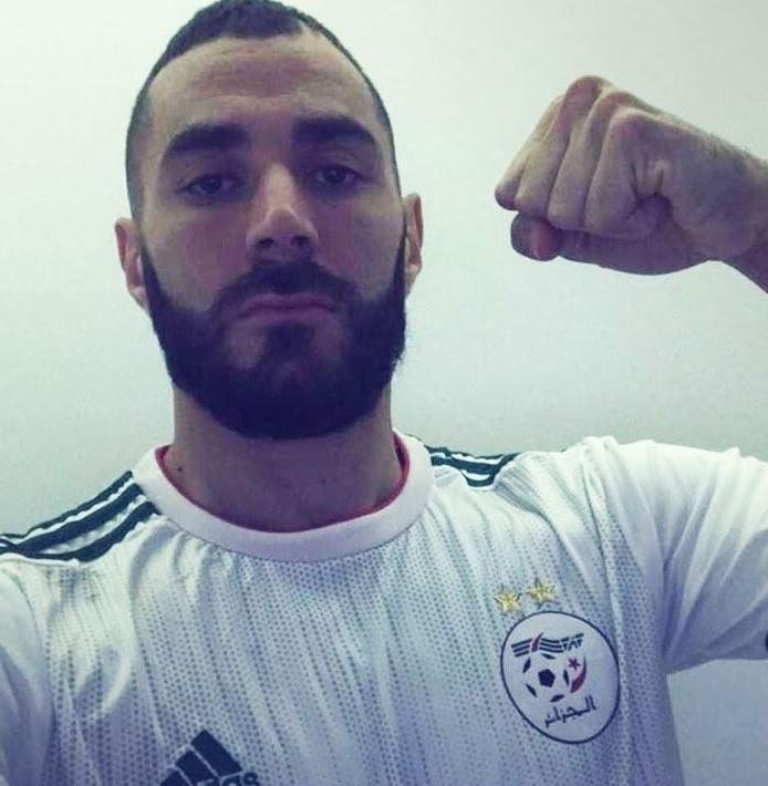 لاعب ريال مدريد كريم بن زيمة بقميص المنتخب الجزائري