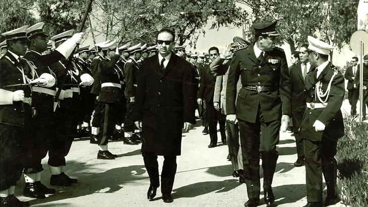 السبسي في جولة أثناء توليه منصب وزير الدفاع التونسي بين عامي 1969 و1970