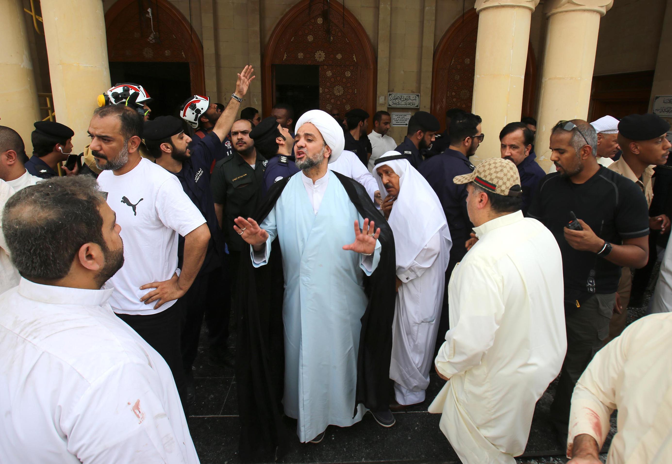 أحد الائمة يتفقد آثار التفجير في مسجد الصادف بالكويت