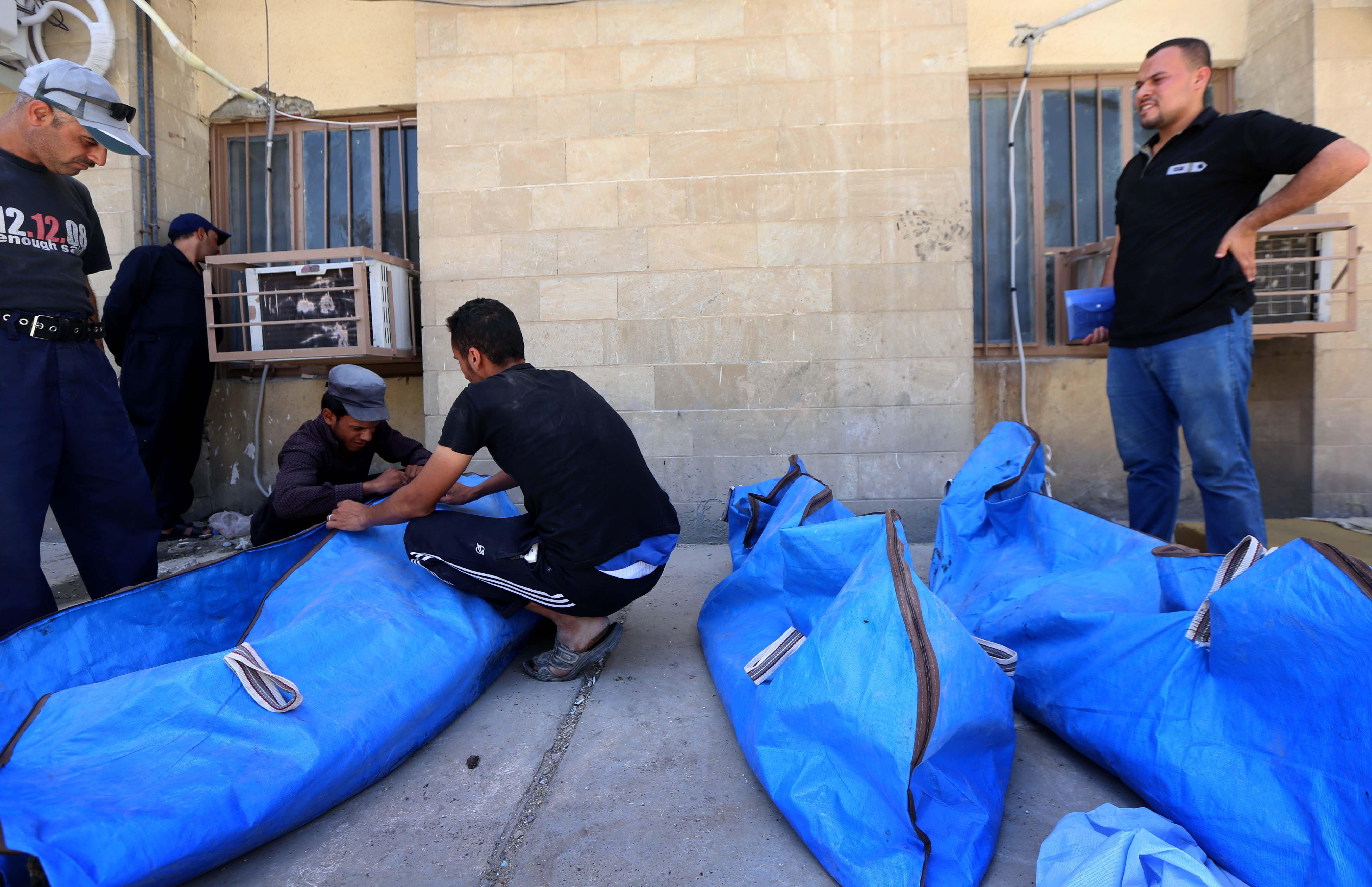 جثث استخرجت من تحت الأنقاض في حي الزنجيلي في الموصل