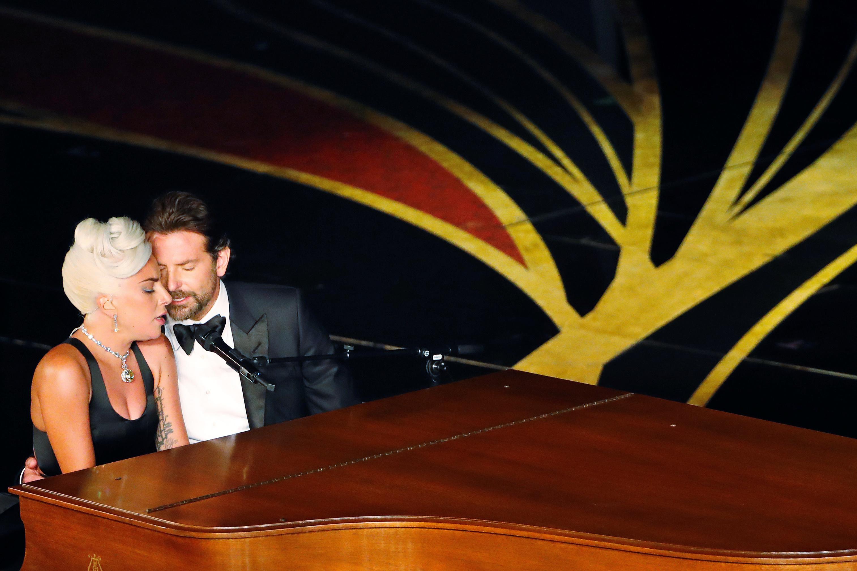 """برادلي كوبر وليدي غاغا أثناء تأديتهم أغنية """"Shallow"""""""