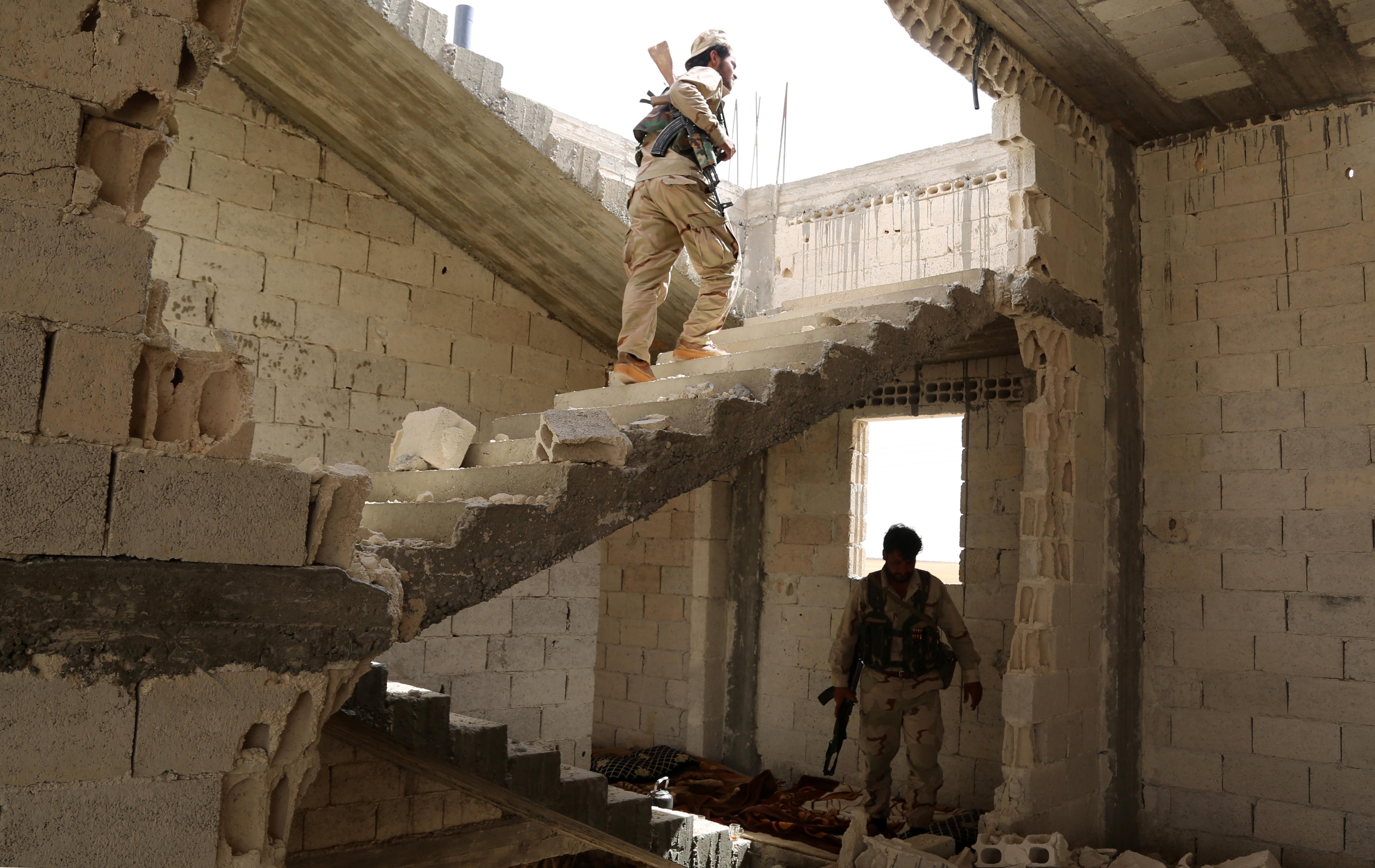 عناصر من مجلس منبج العسكري الذي يقاتل داعش عند أطراف المدينة