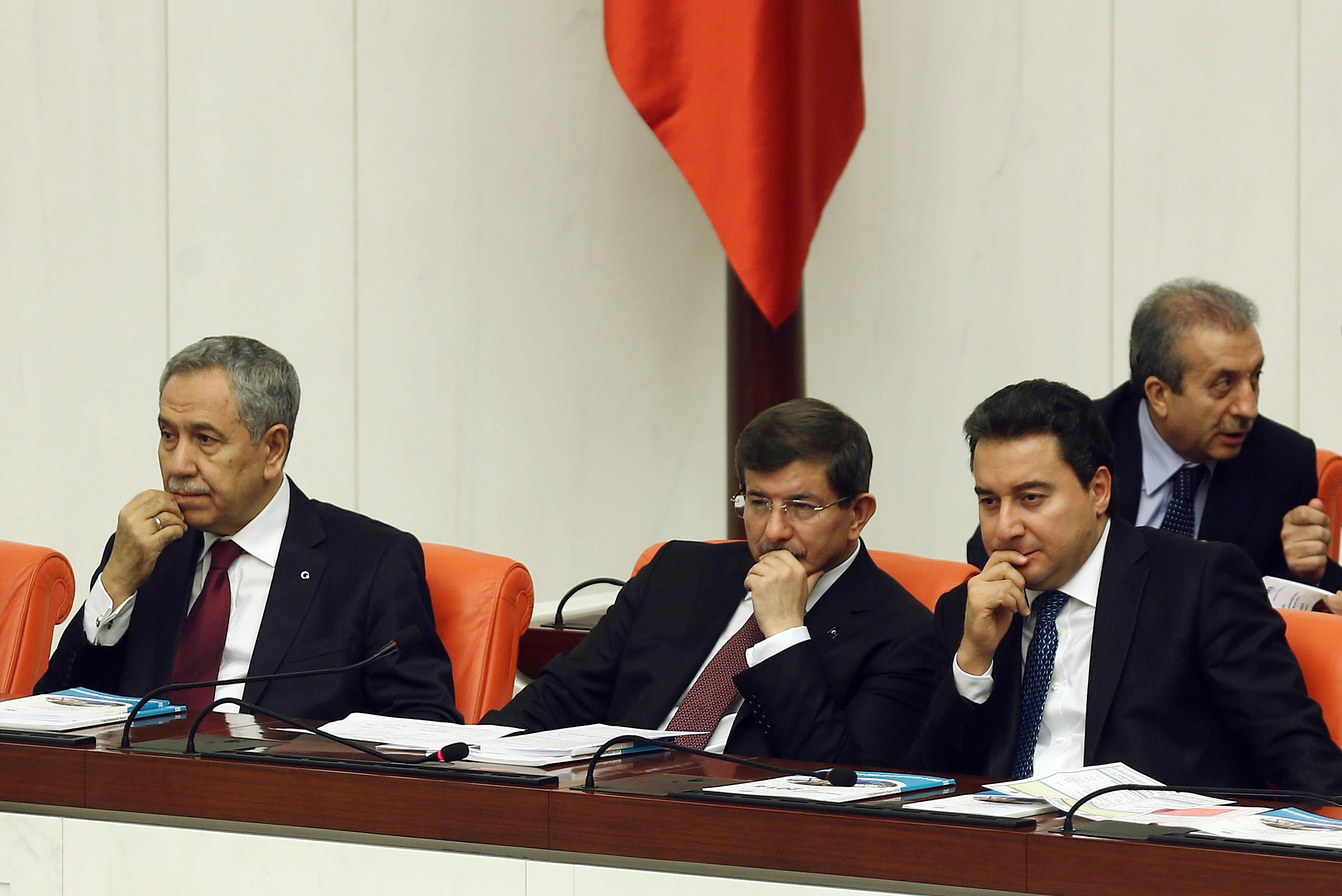 على اليمين ورئيس الوزراء السابق أحمد داوود أوغلو، وفي الوسط ر وزير الاقتصاد السابق علي باباجان