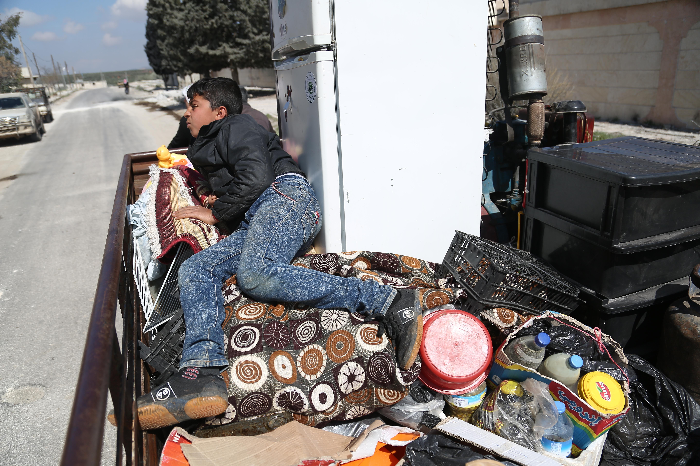 هذا الطفل يرحل مع الأمتعة من عفرين هربا من القصف التركي