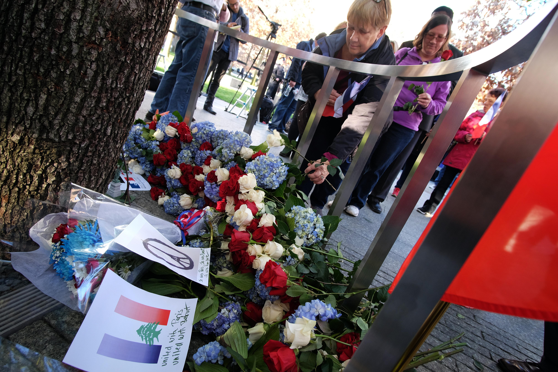 أميركيون يضعون الورود عند الشجرة الناجية في نيويورك تكريما لأرواح ضحايا هجمات باريس عام 2015