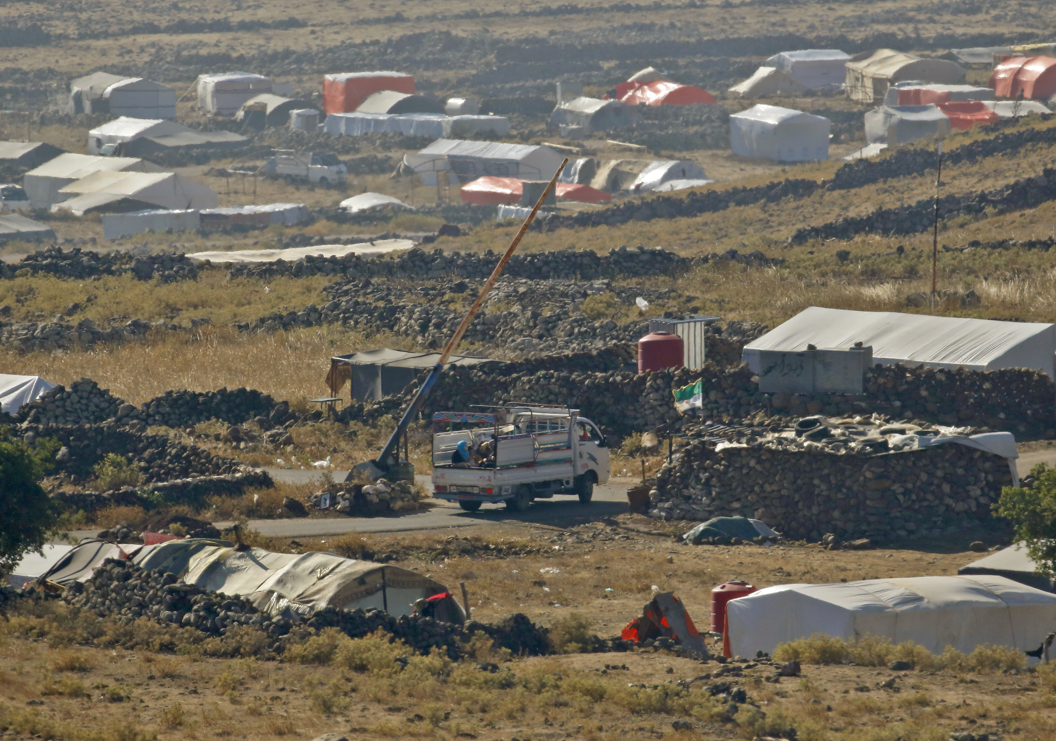 من الحدود الإسرائيلية.. هكذا يبدو مشهد النزوح السوري