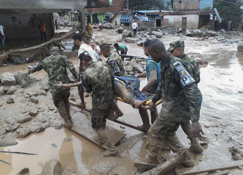 جنود كولومبيون يحملون جثة