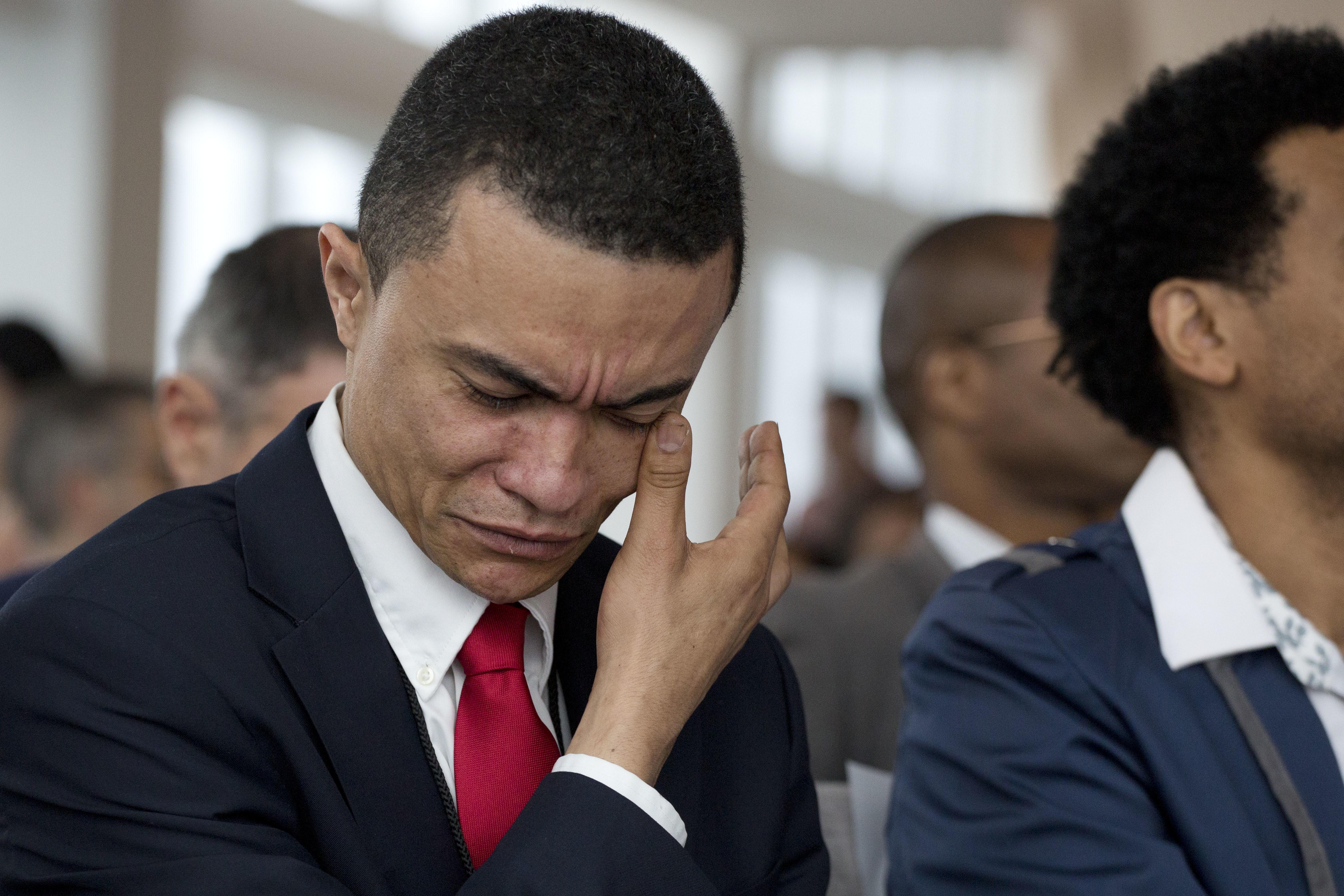 مواطن أميركي جديد يمسح دموع الفرح خلال مراسم في نيويورك