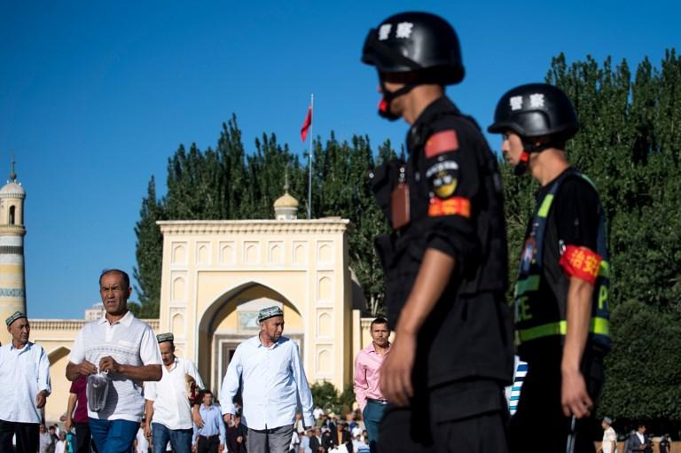 عنصرا أمن في إقليم شينجبانغ حيث أقلية الإيغور (أرشيف)