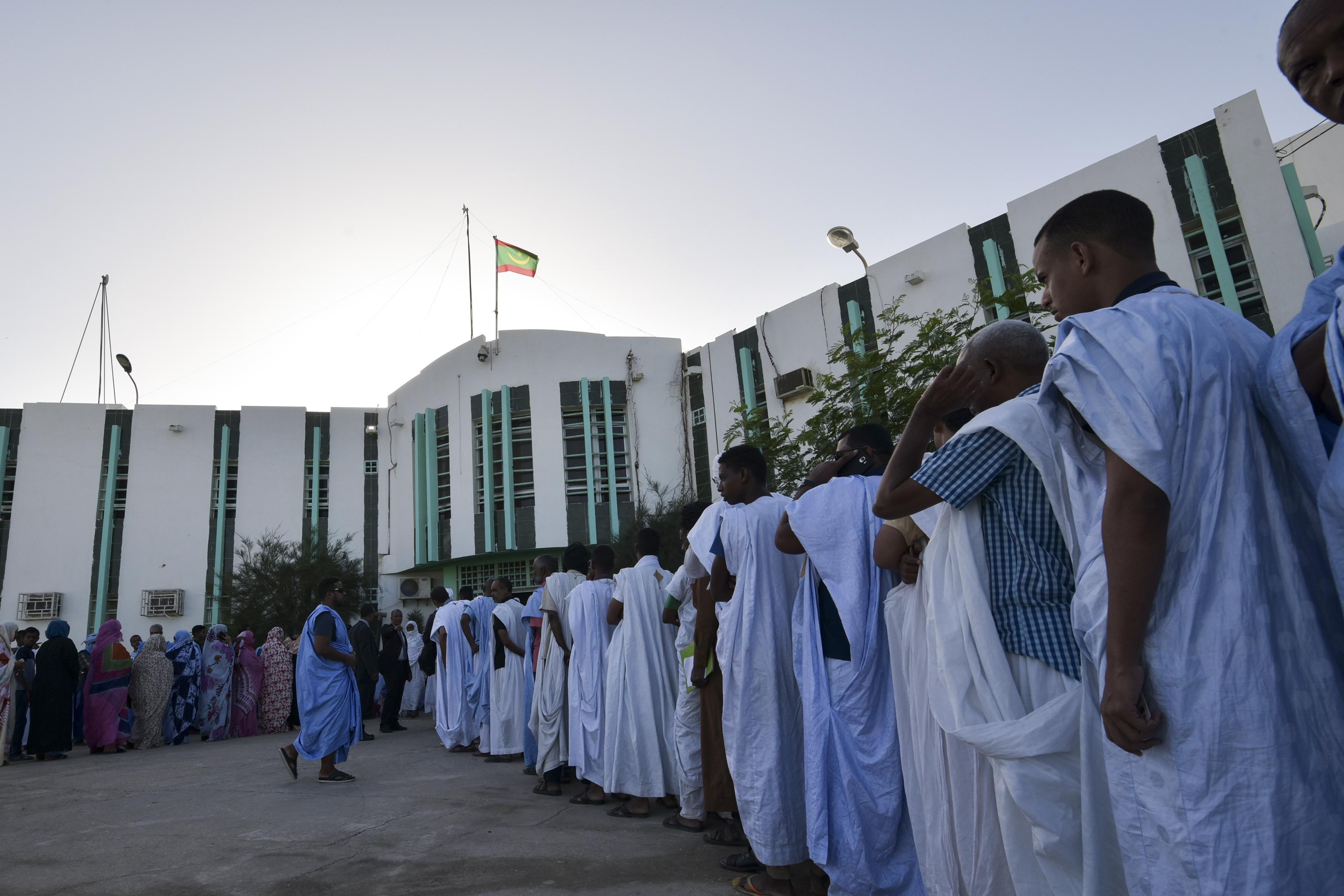 طابور من الناخبين الموريتانيين ينتظرون دورهم للإدلاء بأصواتهم