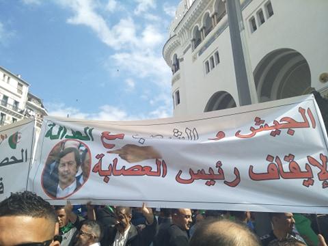 الجزائر.. متظاهرون مؤيدون للجيش (الصورة من موقع كل شيء عن الجزائر)