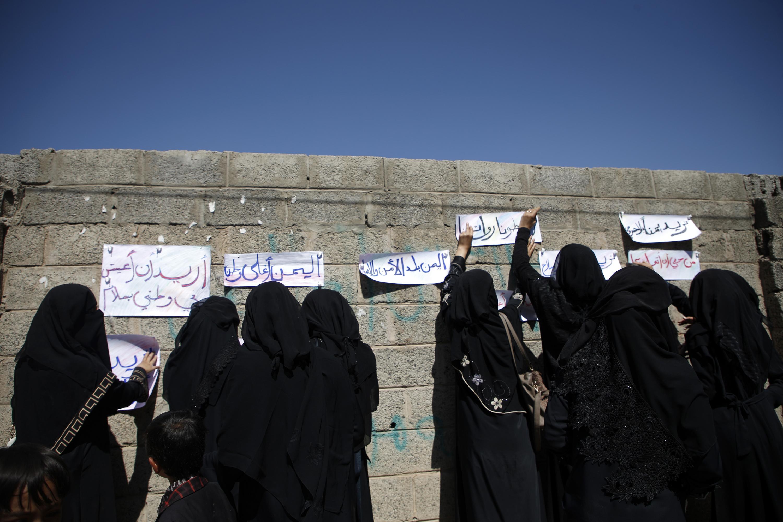 يمنيات يضعن شعارات أمام مبنى الأمم المتحدة في صنعاء