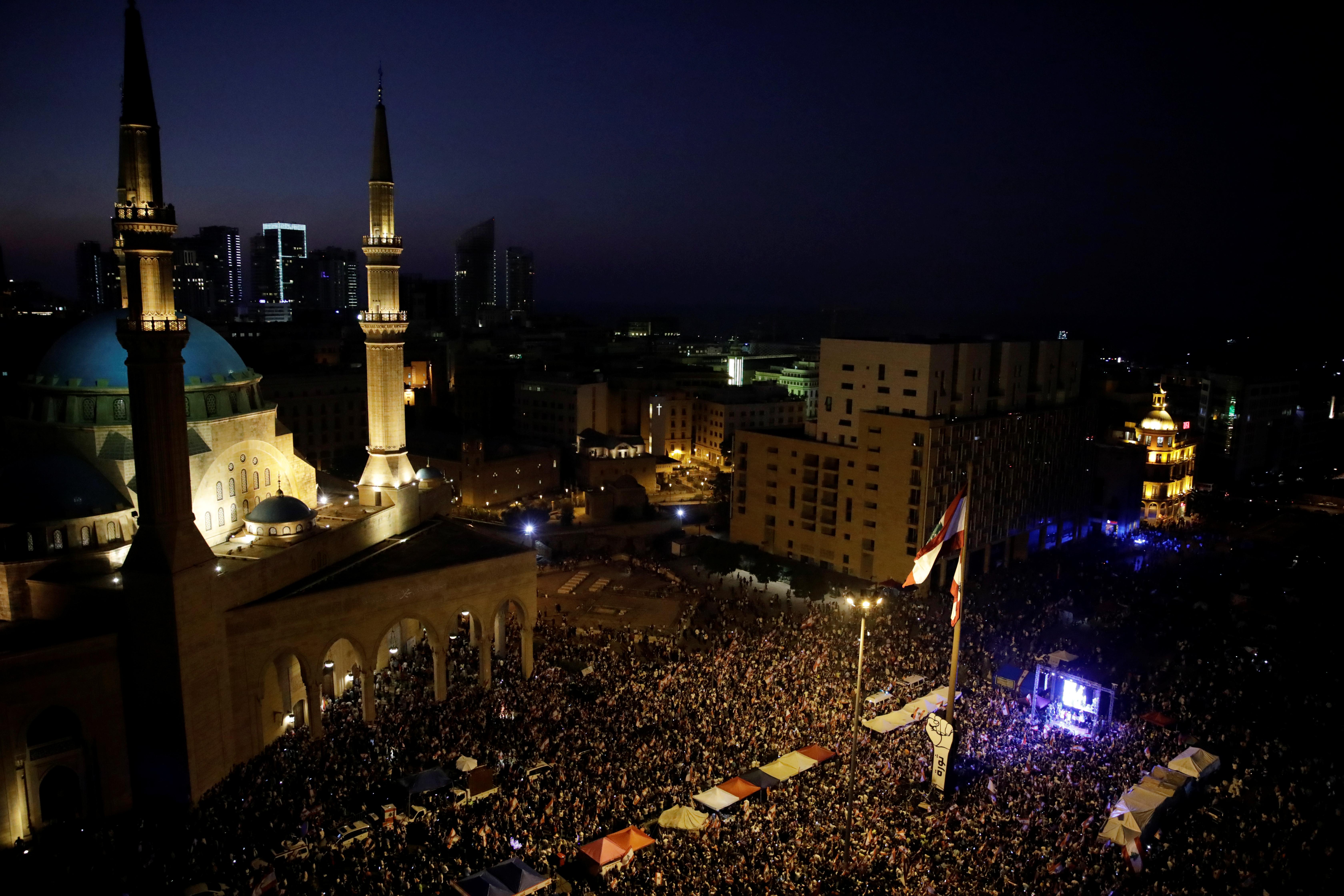 محتجون في ساحة الشهداء في بيروت مساء الأحد 3 نوفمبر