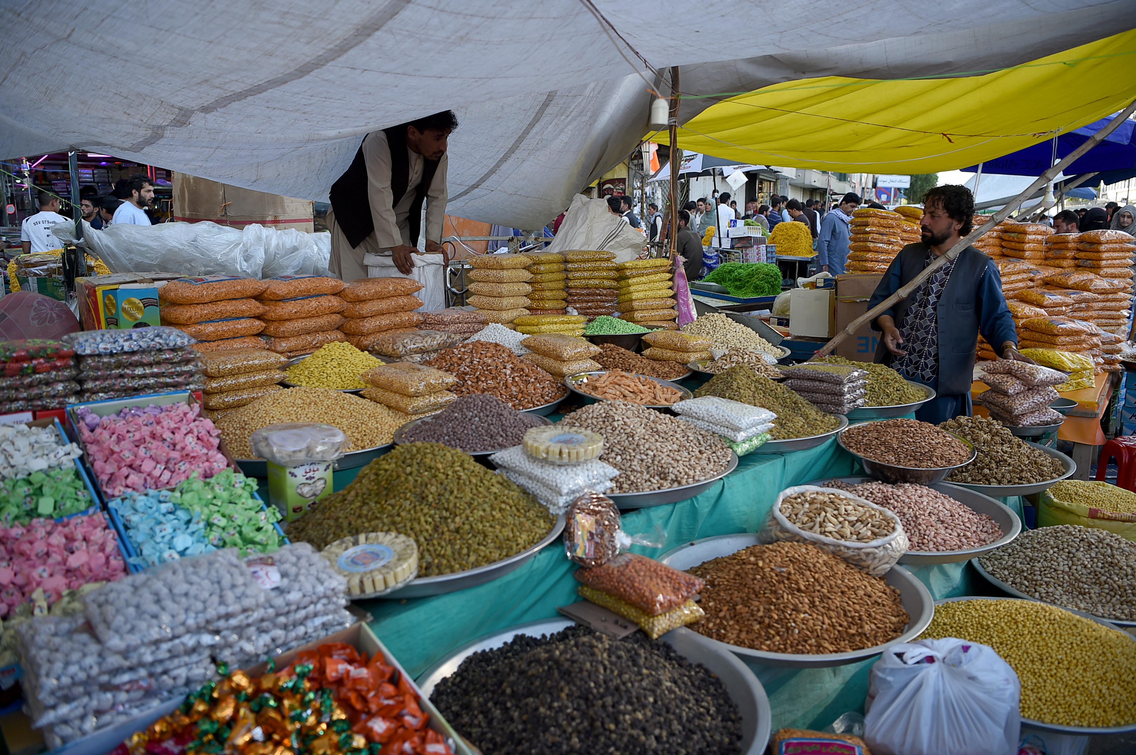 محل لبيع الفواكه المجففة التي ينشط بيعها في كابول استعدادا لعيد الفطر