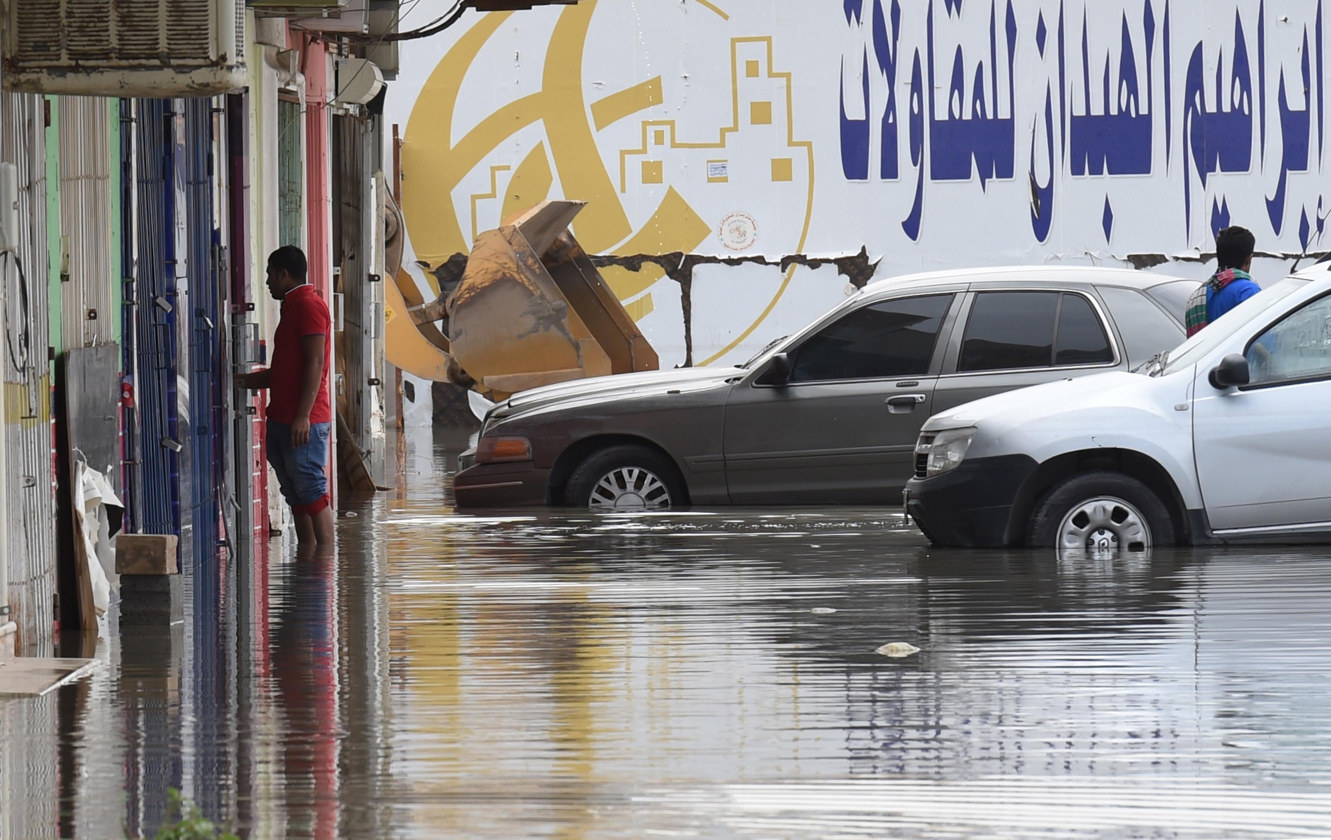 حاصرت السيول العديد الشوارع الرئيسية في الرياض