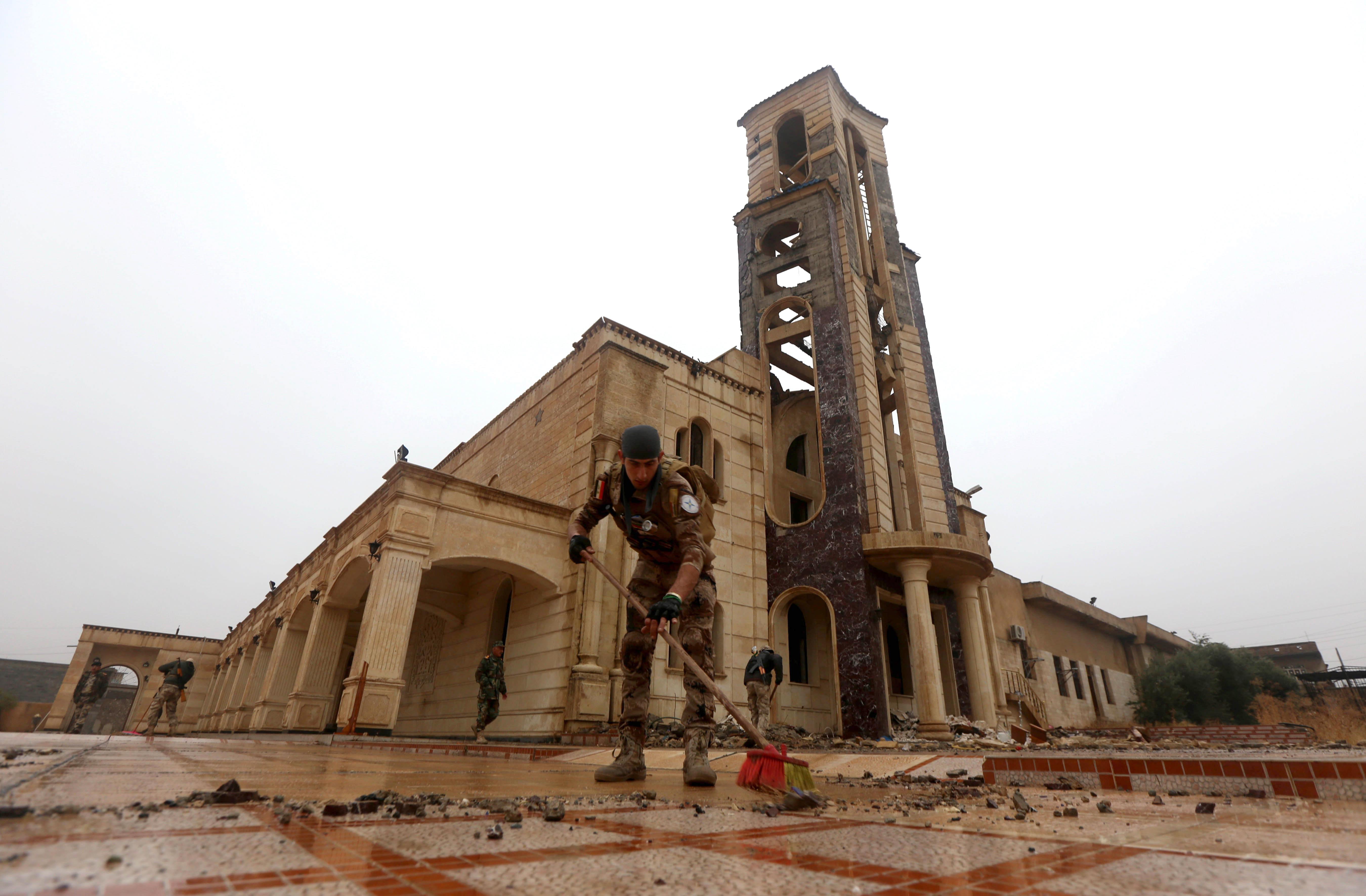 جندي ينظف باحة الكنيسة