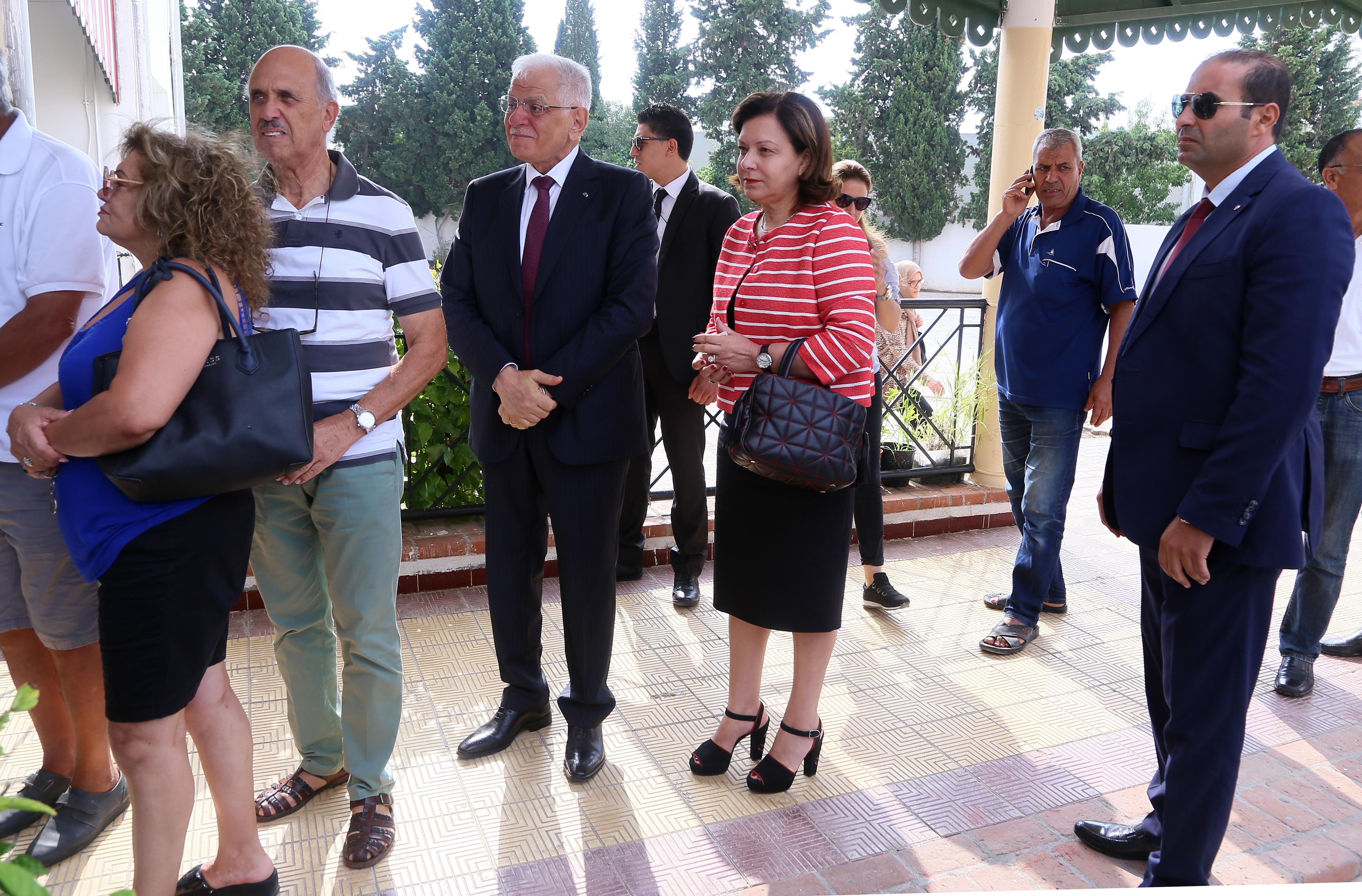 رئيس الوزراء التونسي كمال مرجان بانتظار دوره ليقوم بالاقتراع في الانتخابات الرئاسية