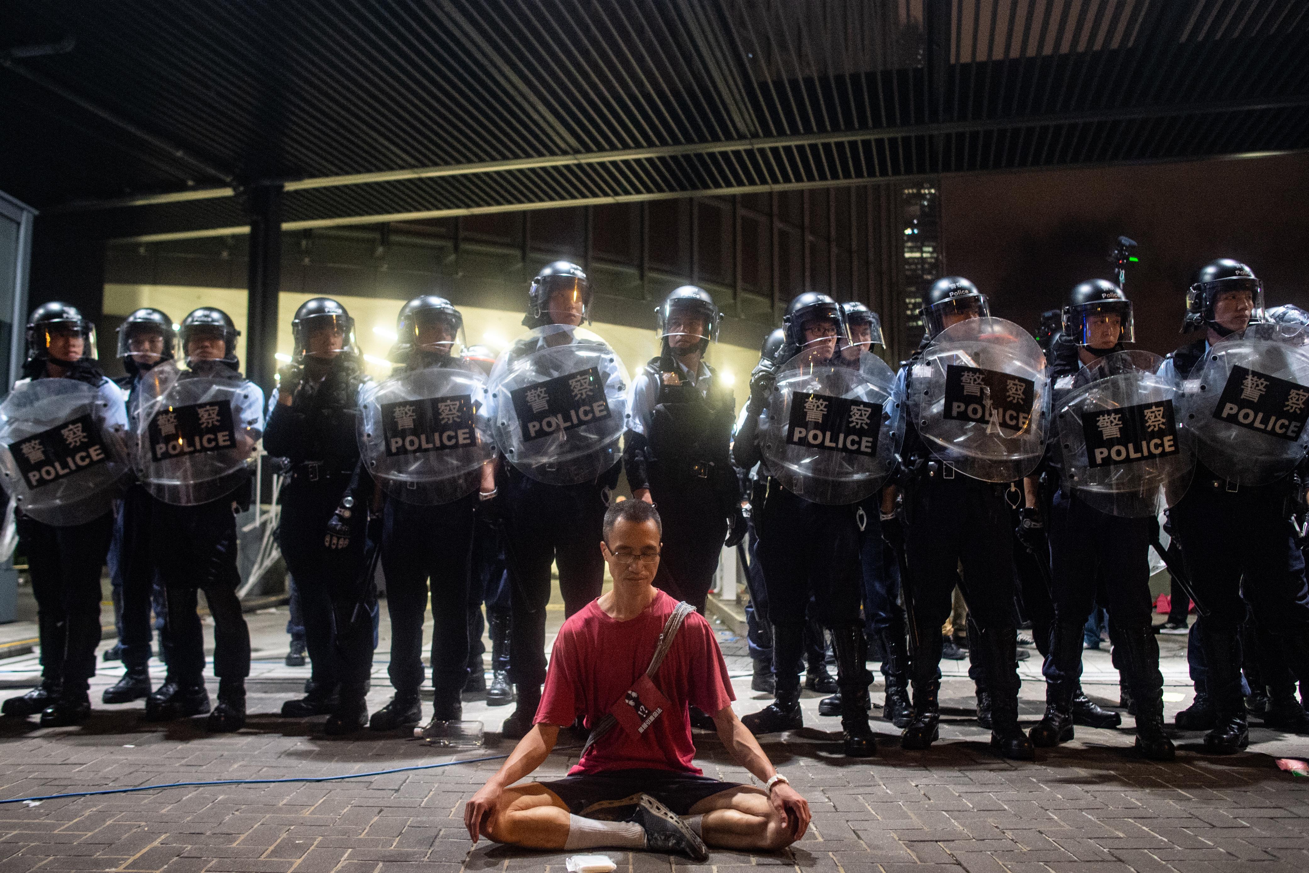 مواطن في هونغ كونغ يحتج بأداء اليوغا أمام قوات الأمن