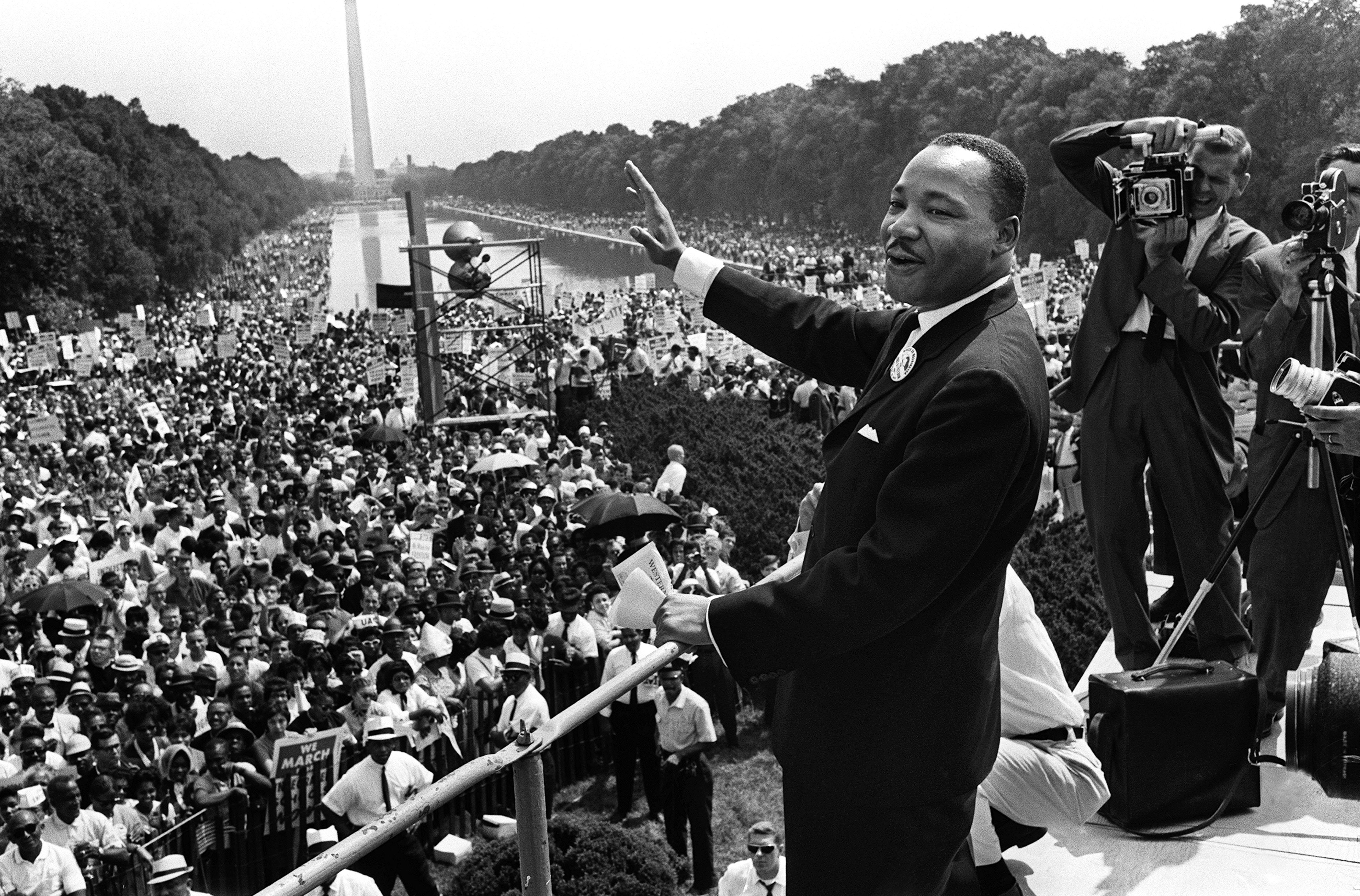 """كينغ يخطب خلال مسيرة """"العمل والحرية"""" في 28 آب/أغسطس 1963"""