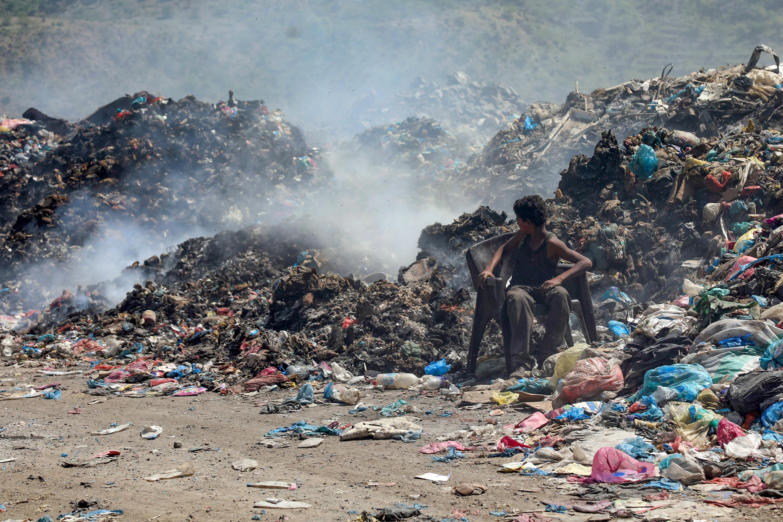 عمليات حرق للقمامة المتكدسة في تعز اليمنية