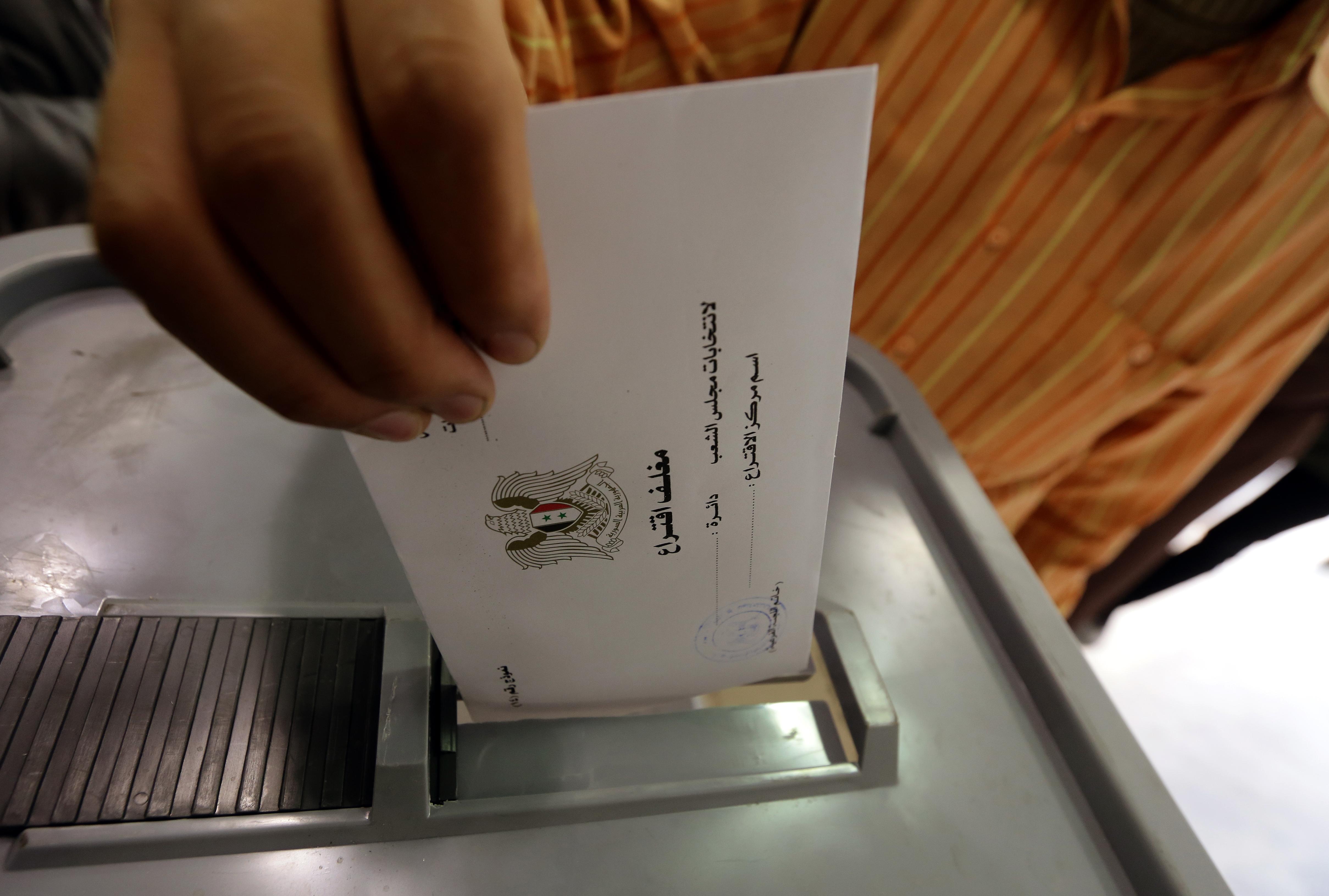 ناخب يدلي بصوته في أحد مراكز اقتراع دمشق